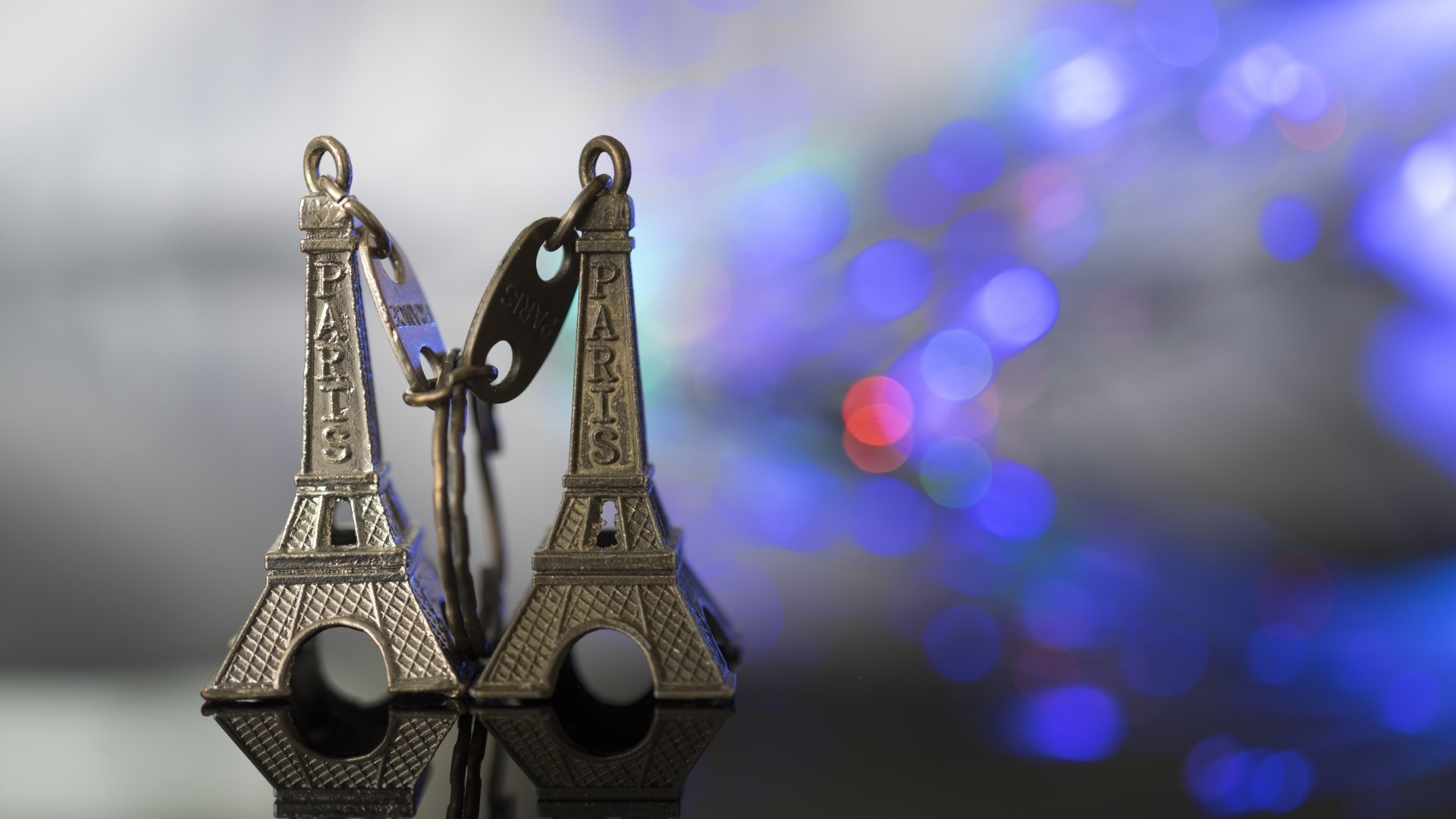 Preview wallpaper eiffel tower, keychain, paris, close-up 1920×1080