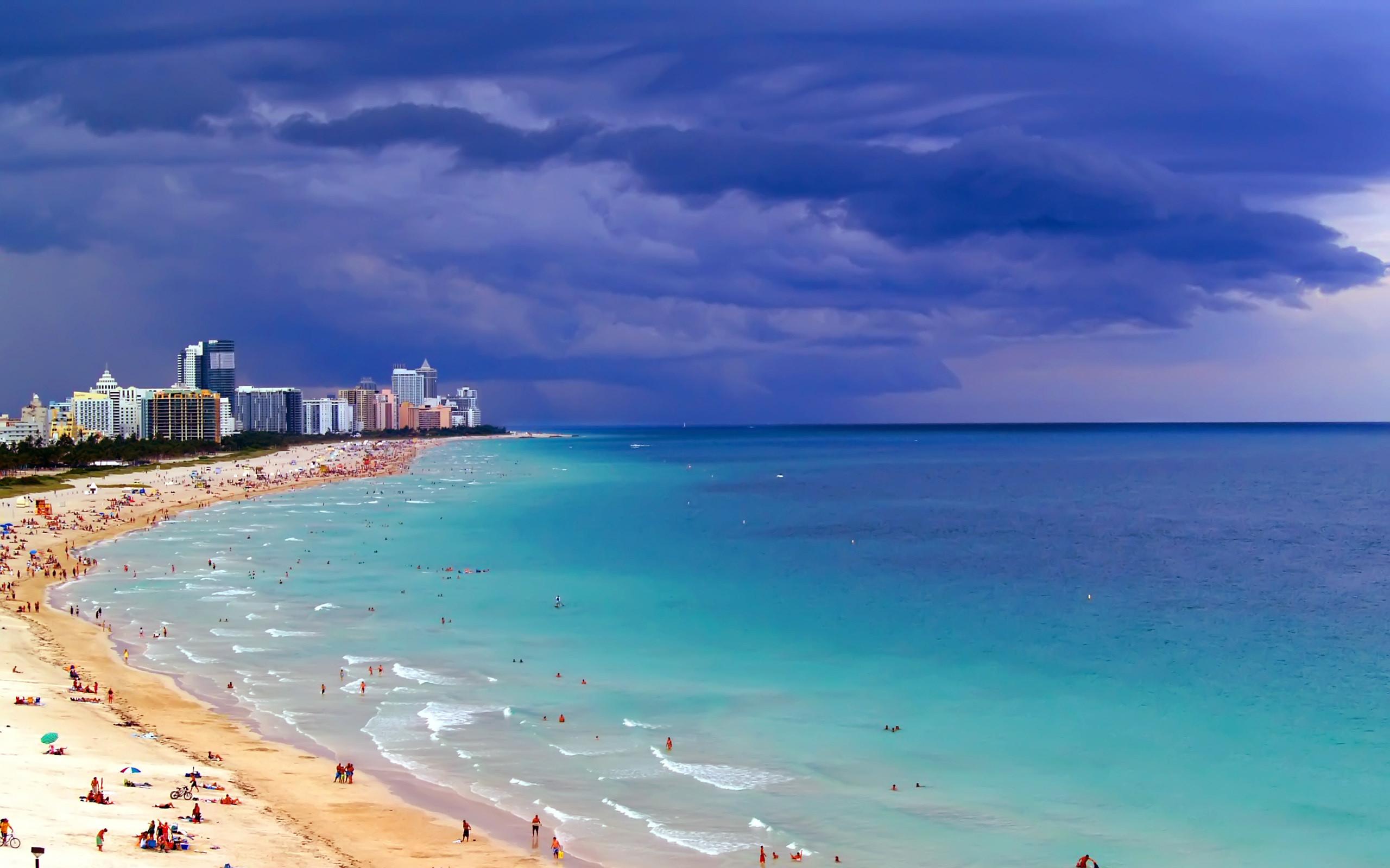 Blue sea in Miami