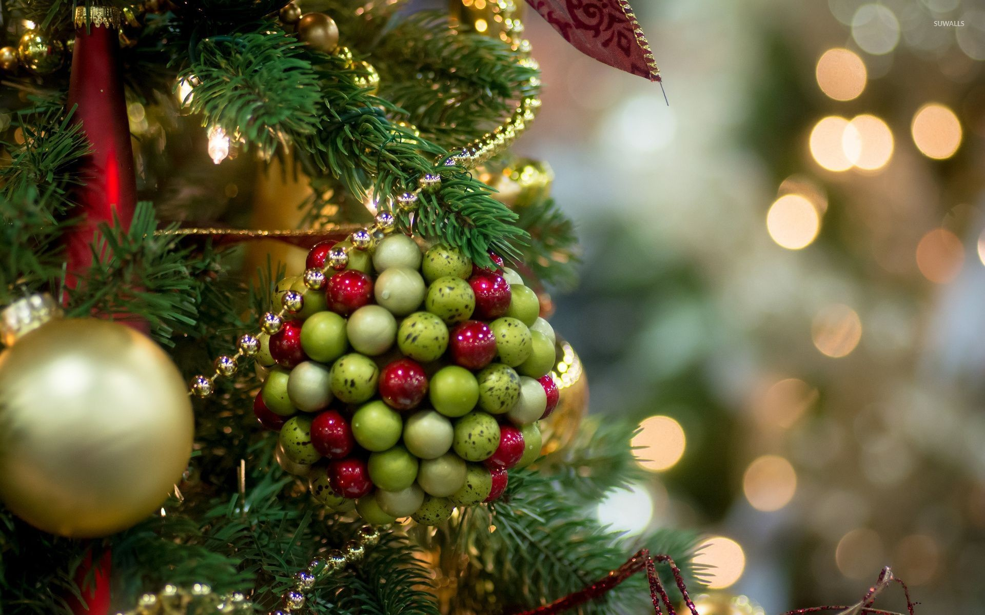 Red and green marbles on the bauble wallpaper
