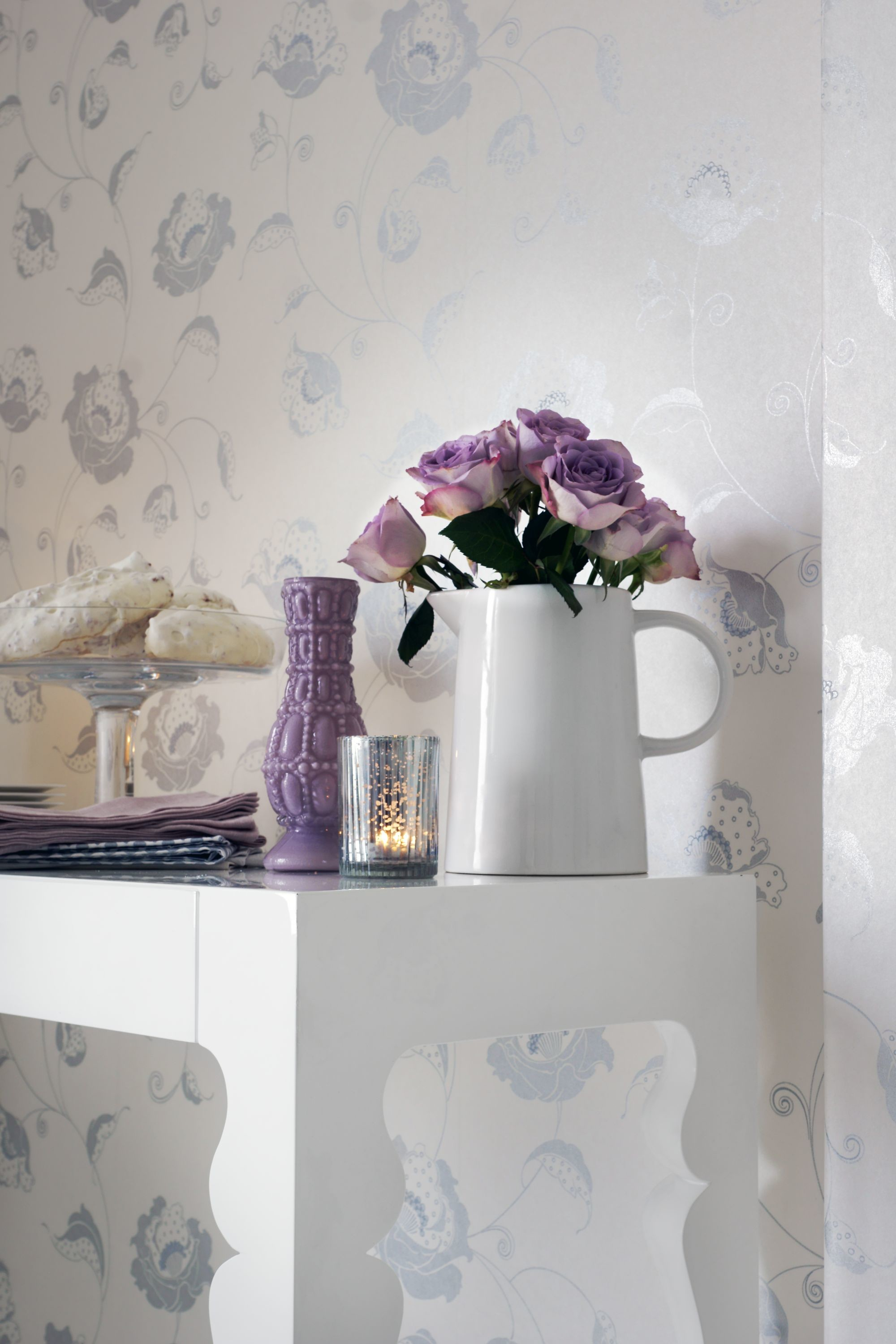 A delicate floral trail wallpaper design in metallic silver and white.
