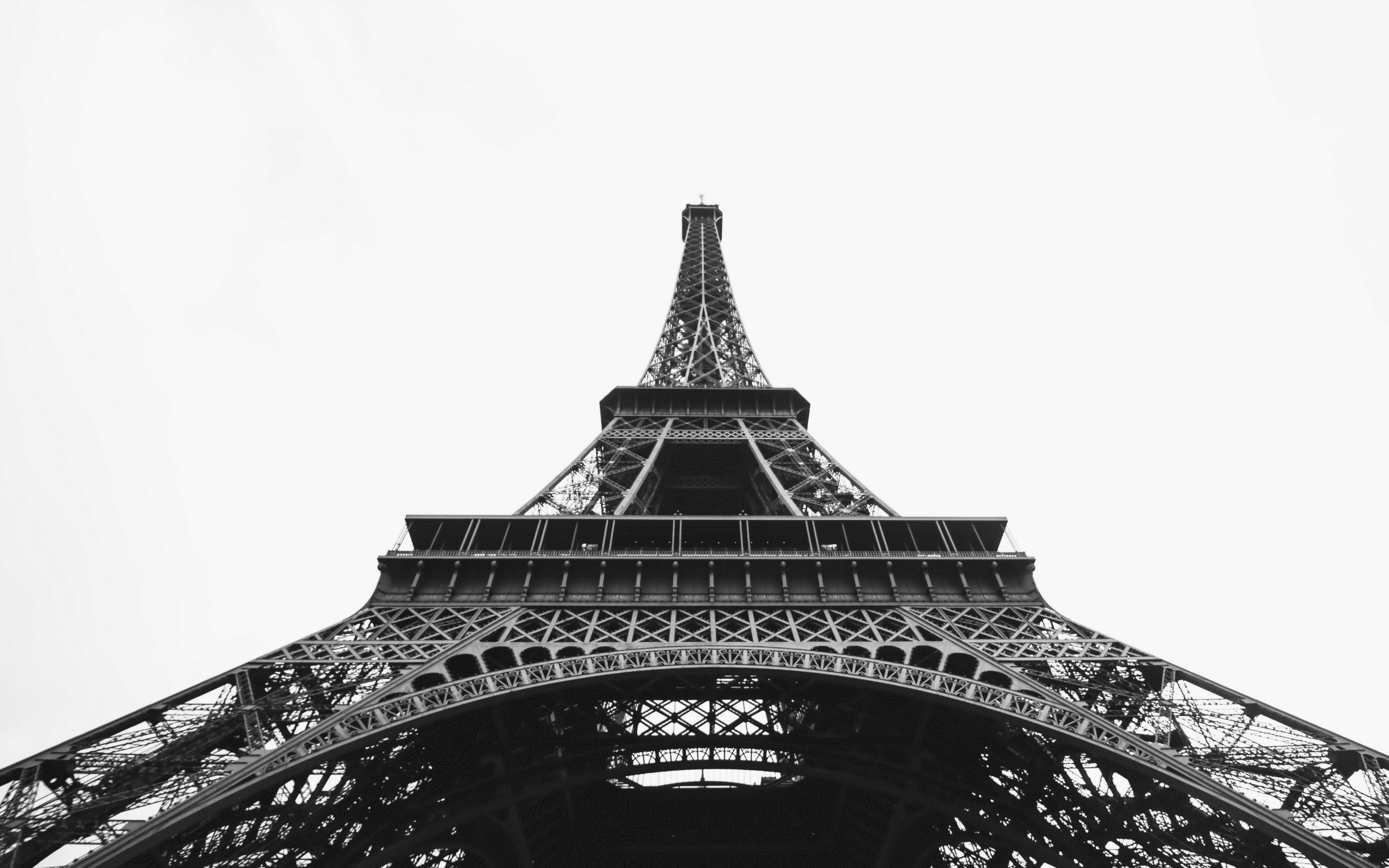 4K HD Wallpaper: Eiffel Tower in Black and White
