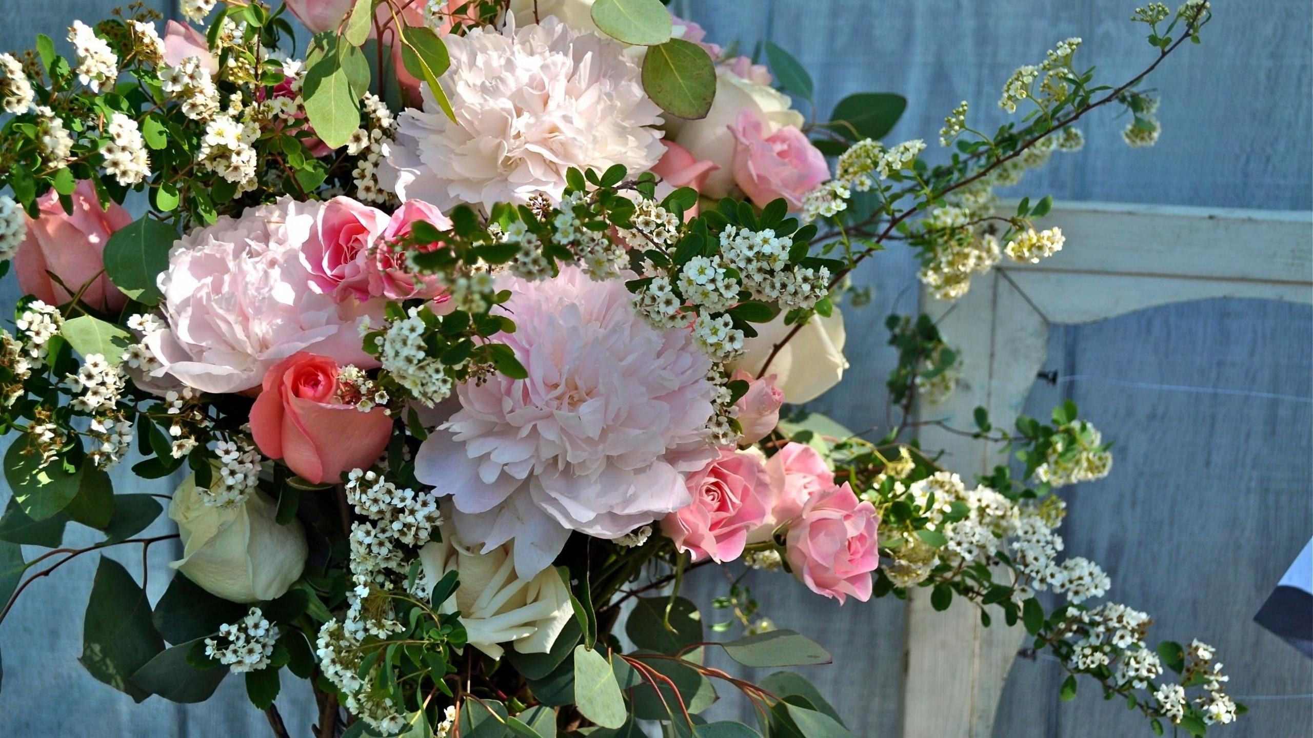 Preview wallpaper peonies, roses, tea tree, branch, bunch 2560×1440