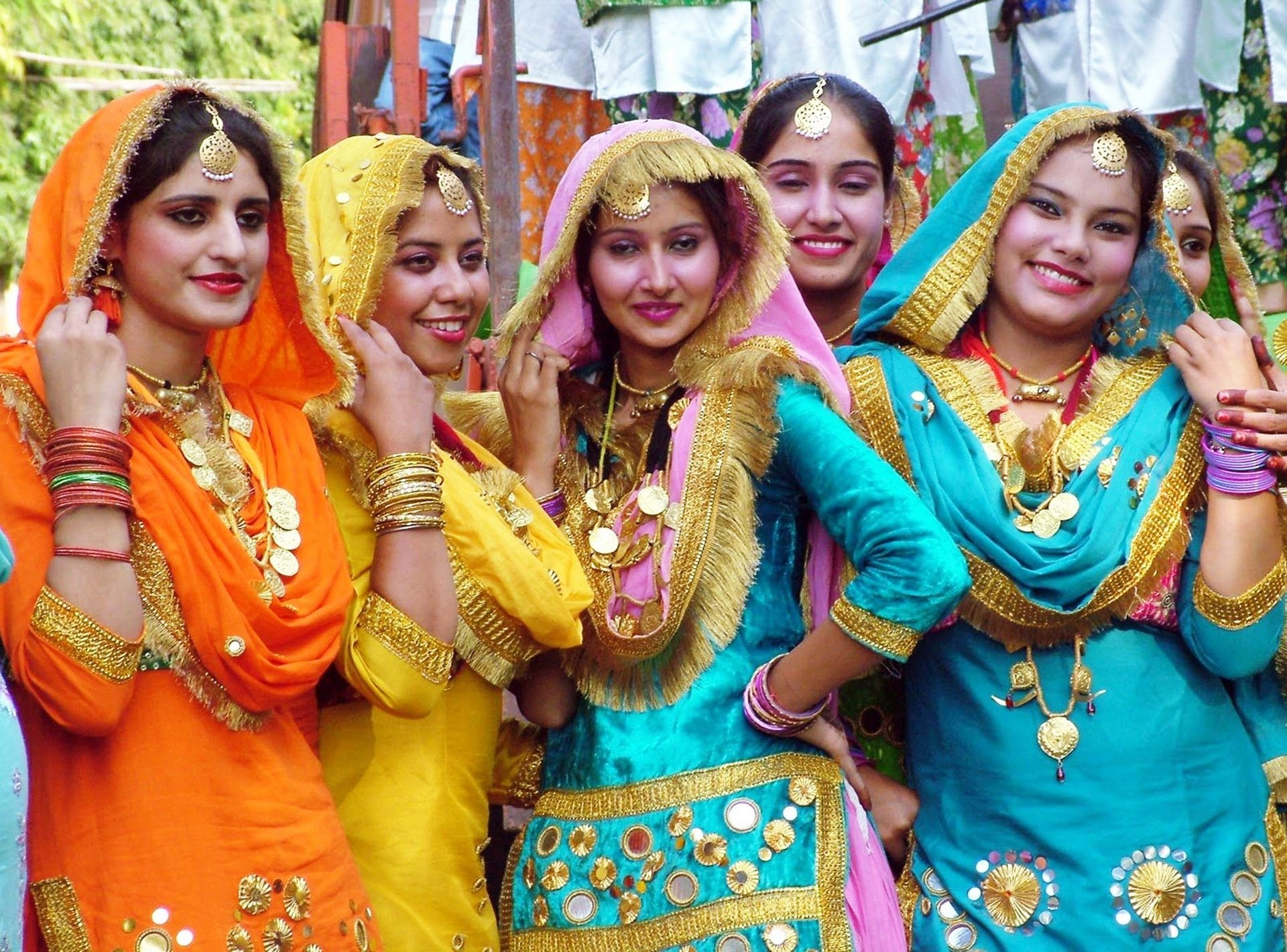 Punjabi Girls Group Phtos and Wallpaper for Desktop
