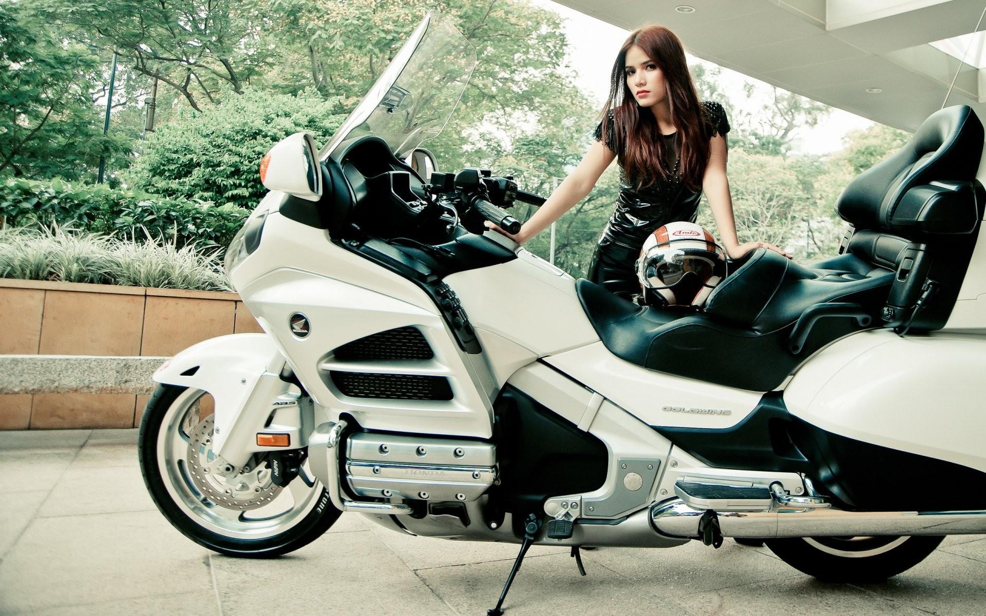 girl pose bike
