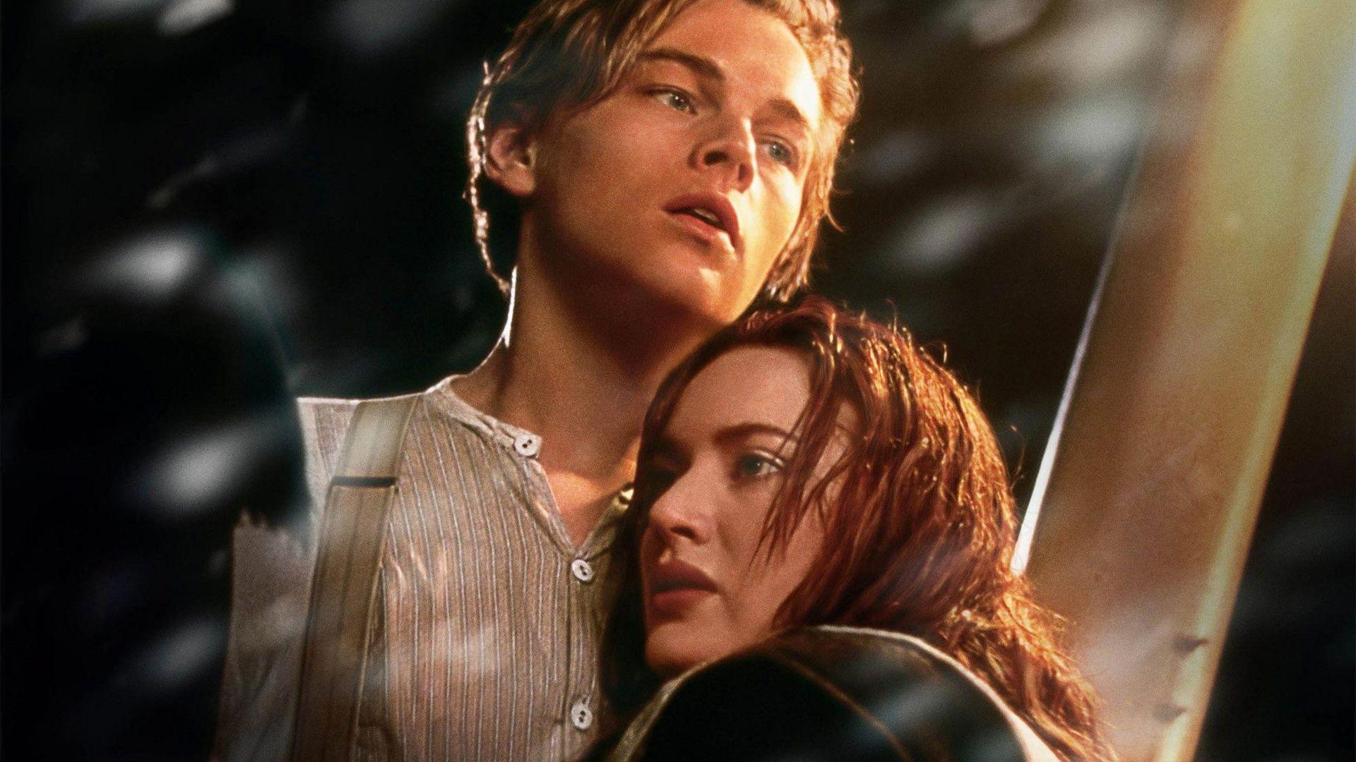 Leonardo DiCaprio and Kate Winslet in Titanic Wallpaper .