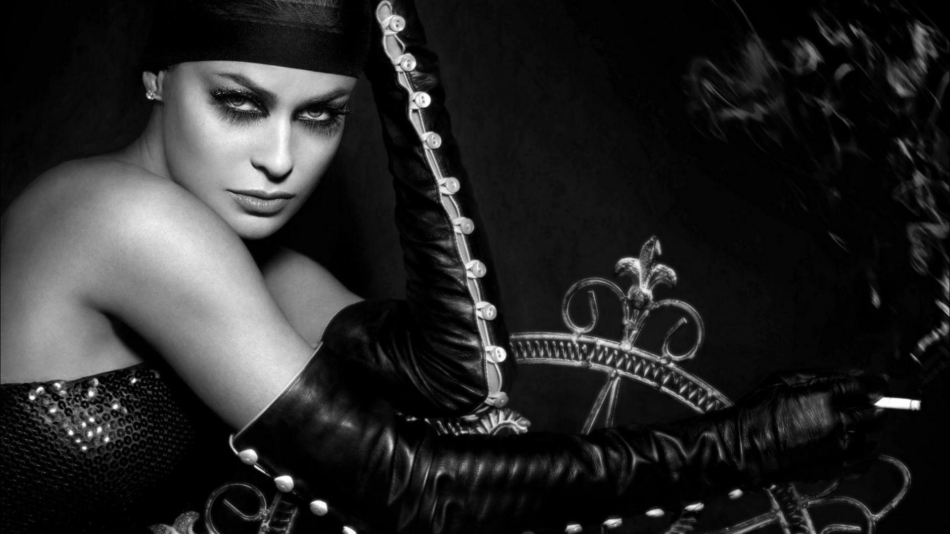 Carmen Electra Black In White