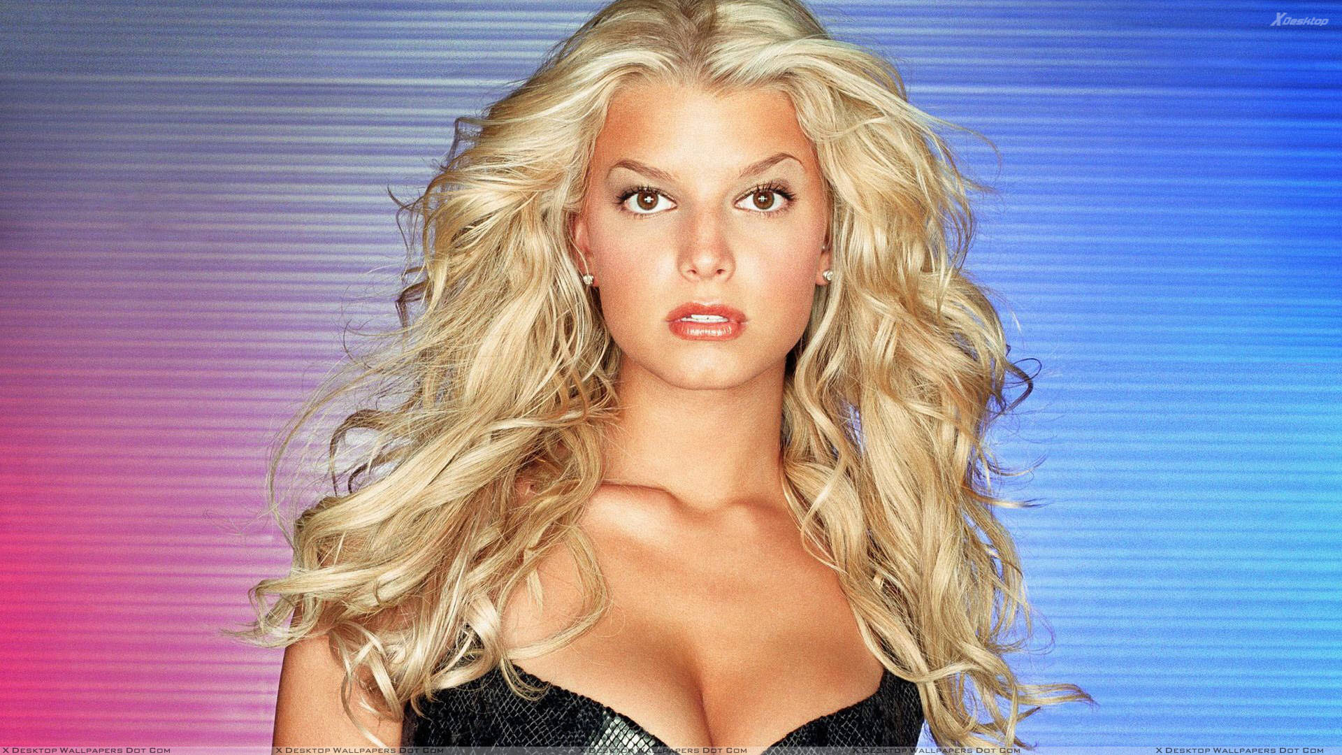 Jessica Simpson Looking Front In Red Lips And Golden Hairs