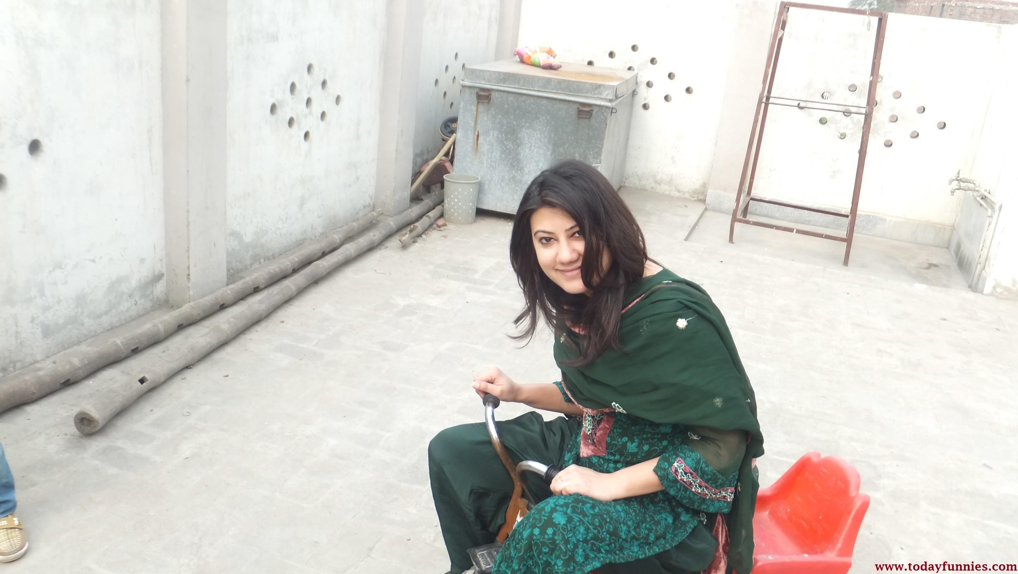 پاکستانی لڑکی بچگانہ سائیکل چلا رہی ہے This Is Very Humor Picture Of A  Beaut.