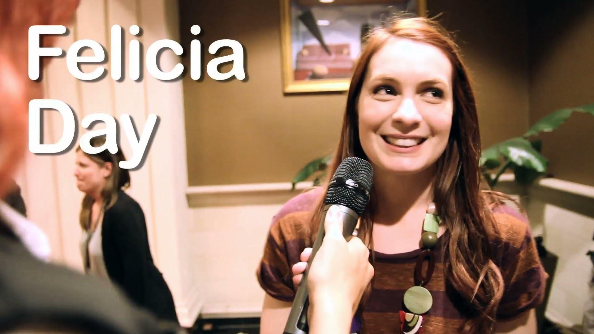 Felicia Day & Sexy Nerd Girl @ 2011 Wizard World Chicago Comic Con