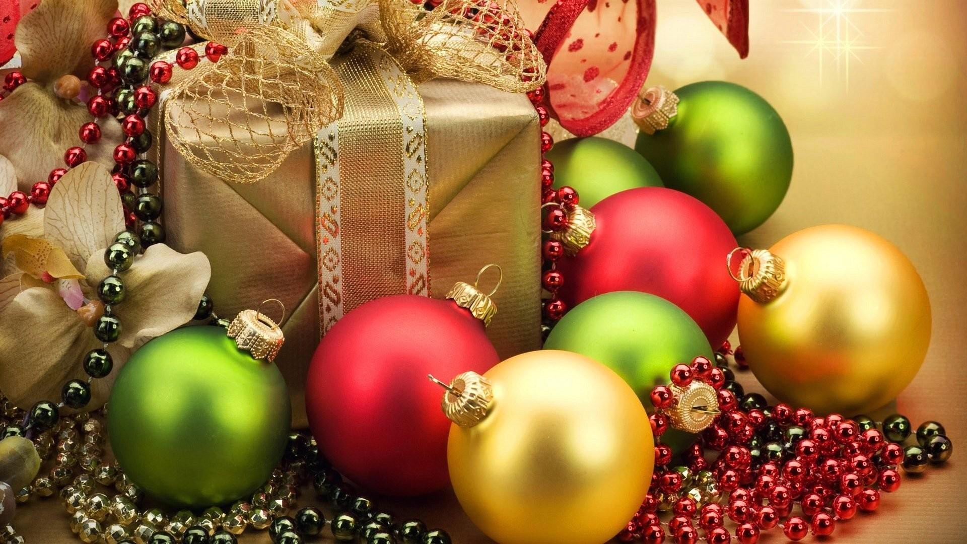 … wallpaper-christmas-present-and-balls.jpg …