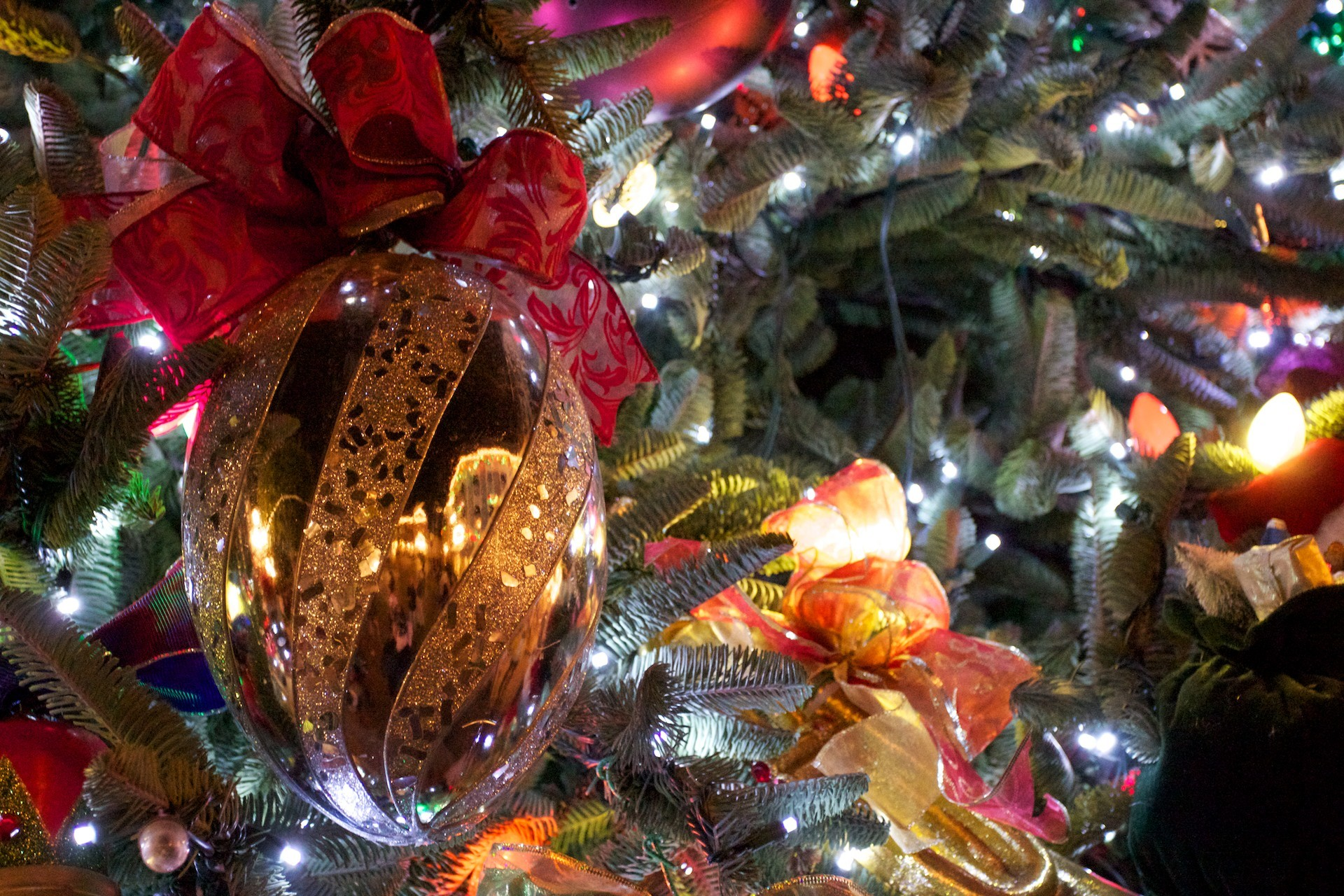 christmas tree at night with ornaments wallpaper