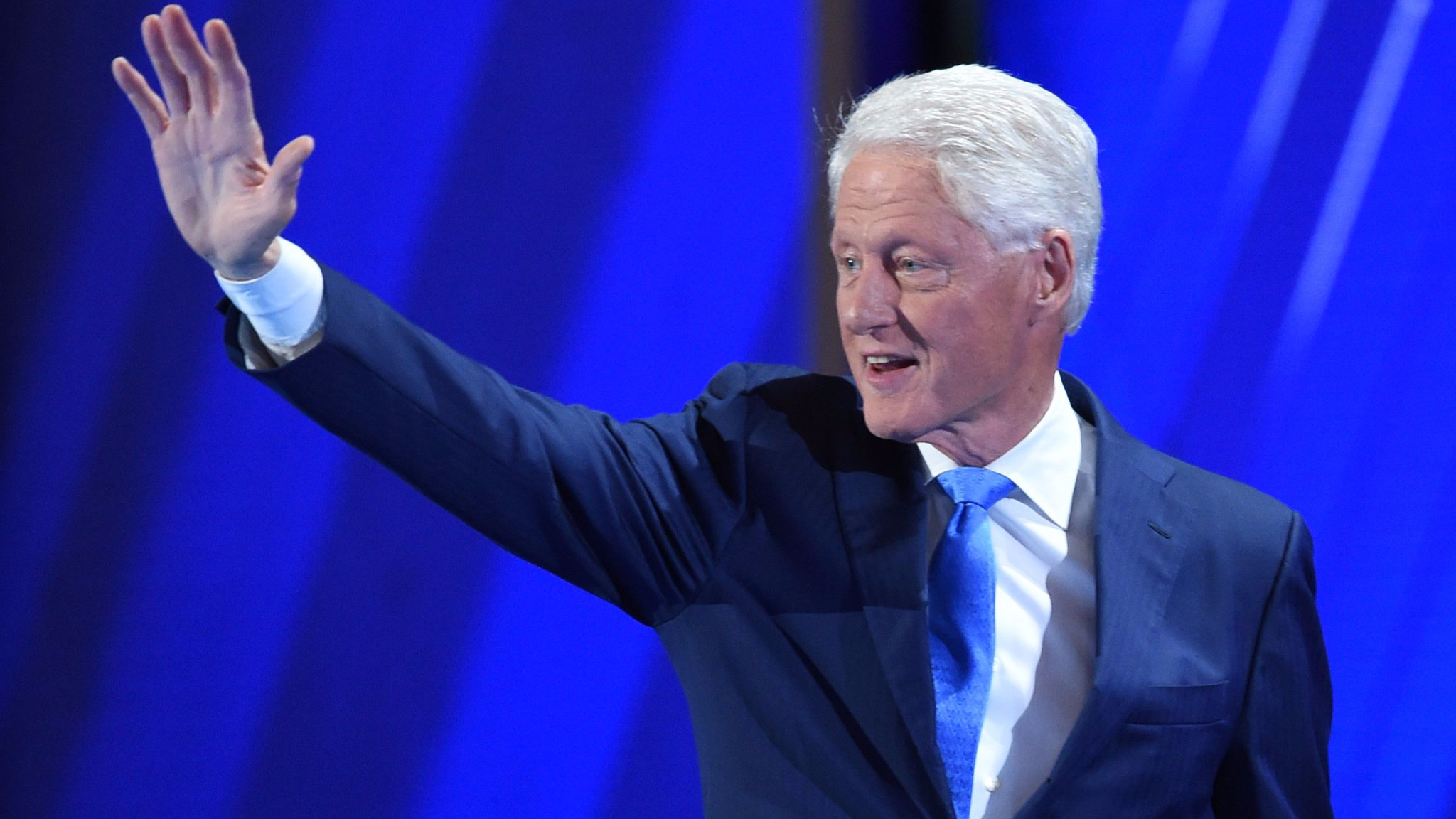 Bill Clinton goes true blue — with some subtle details — for his Democratic  convention speech – LA Times