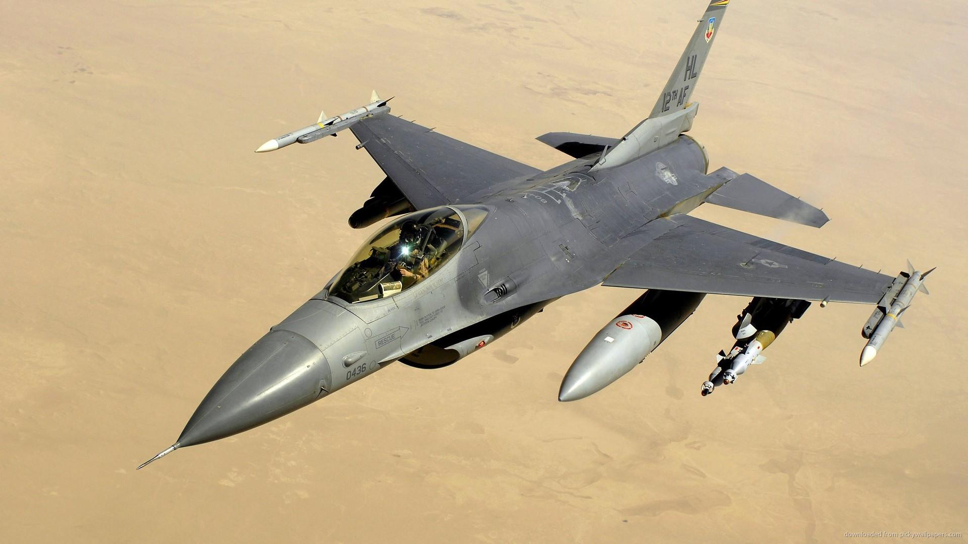 2560×1440 F-16 Fighting Falcon Over The Desert wallpaper