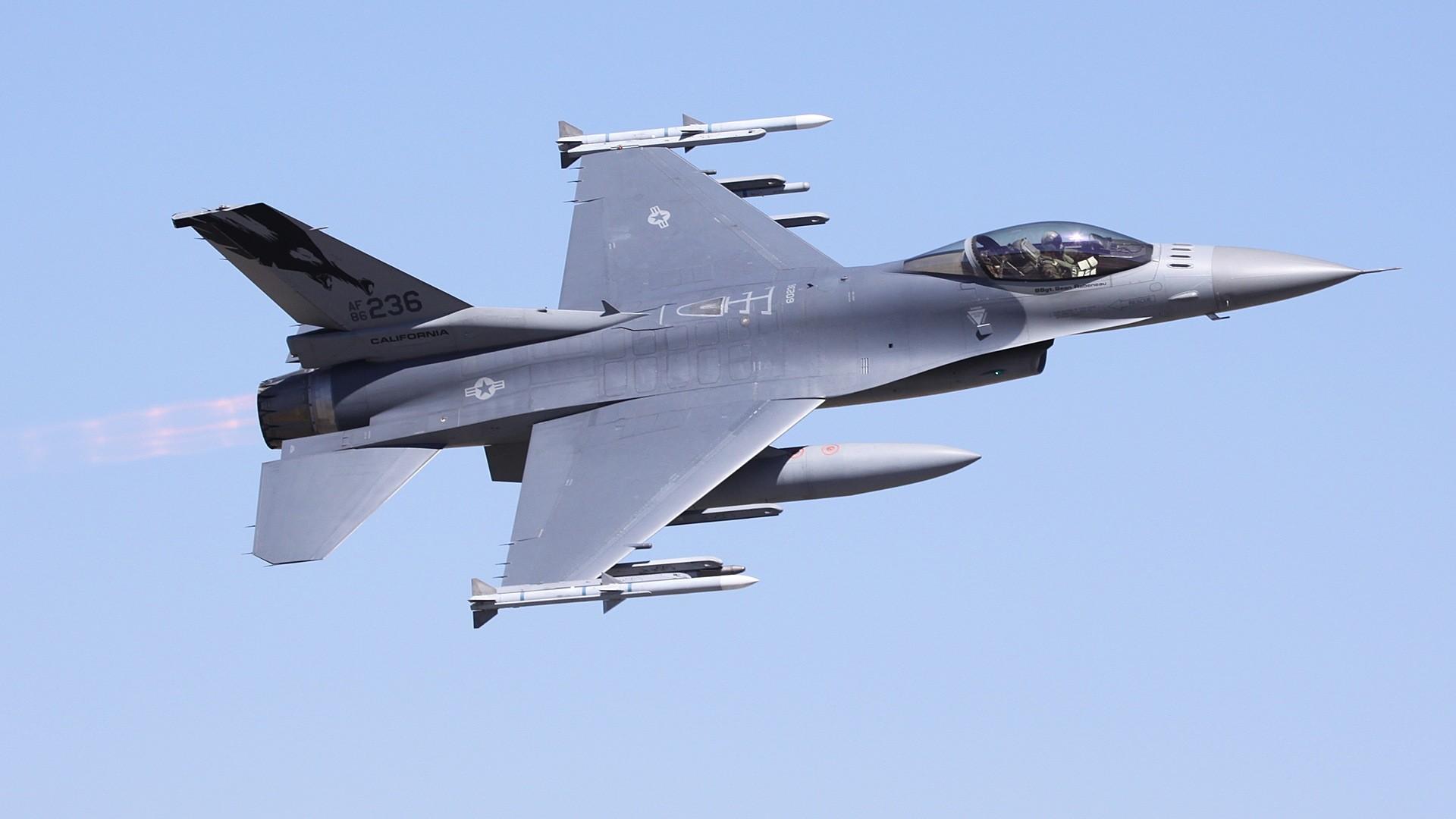… F-16 Fighting Falcon …