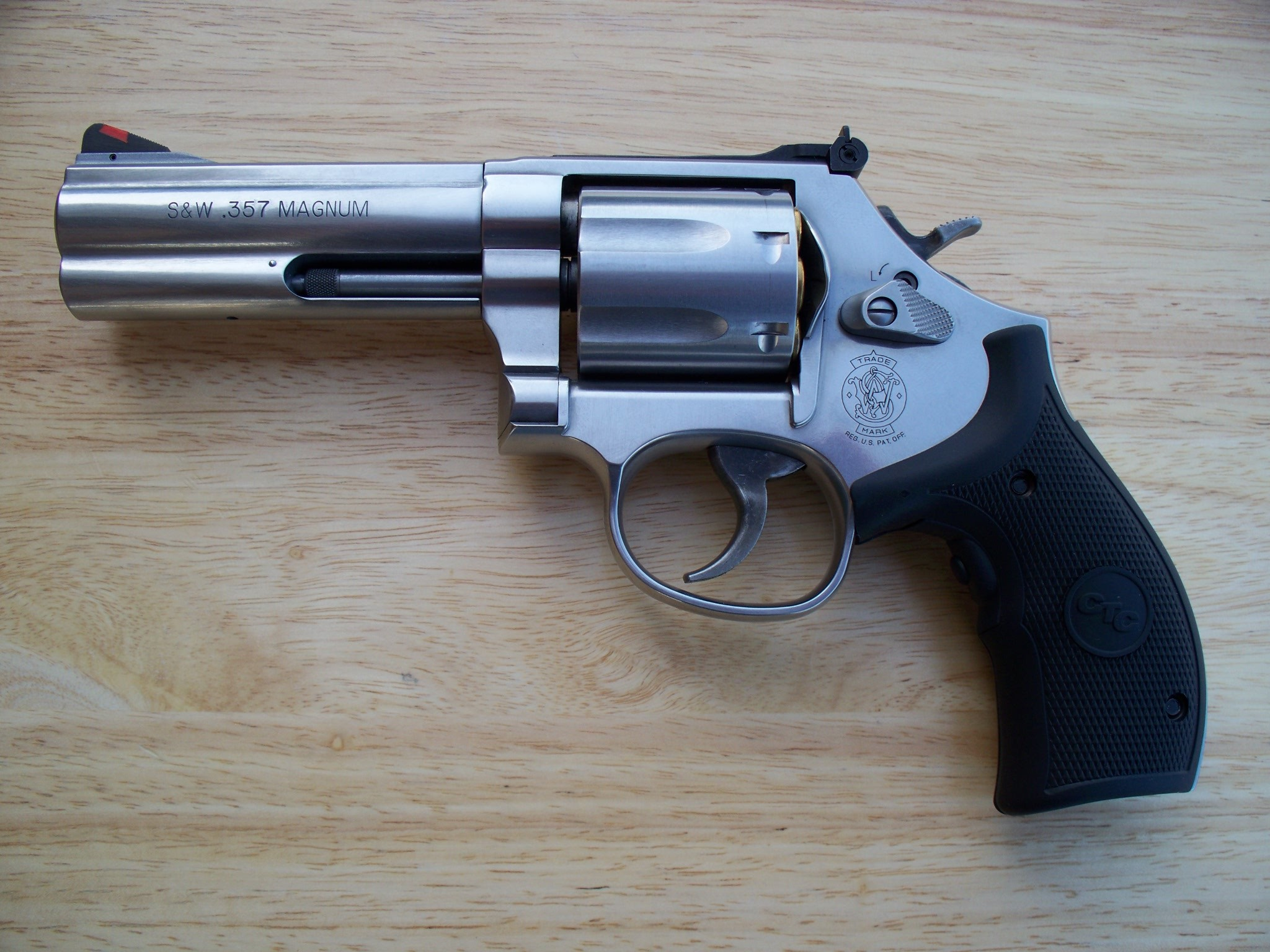 https://upload.wikimedia.org/wikipedia/commons/f/f9/Smith_%26_Wesson_.357_Model_686_Plus.jpg  | REVOLVER | Pinterest | Smith wesson and Revolvers
