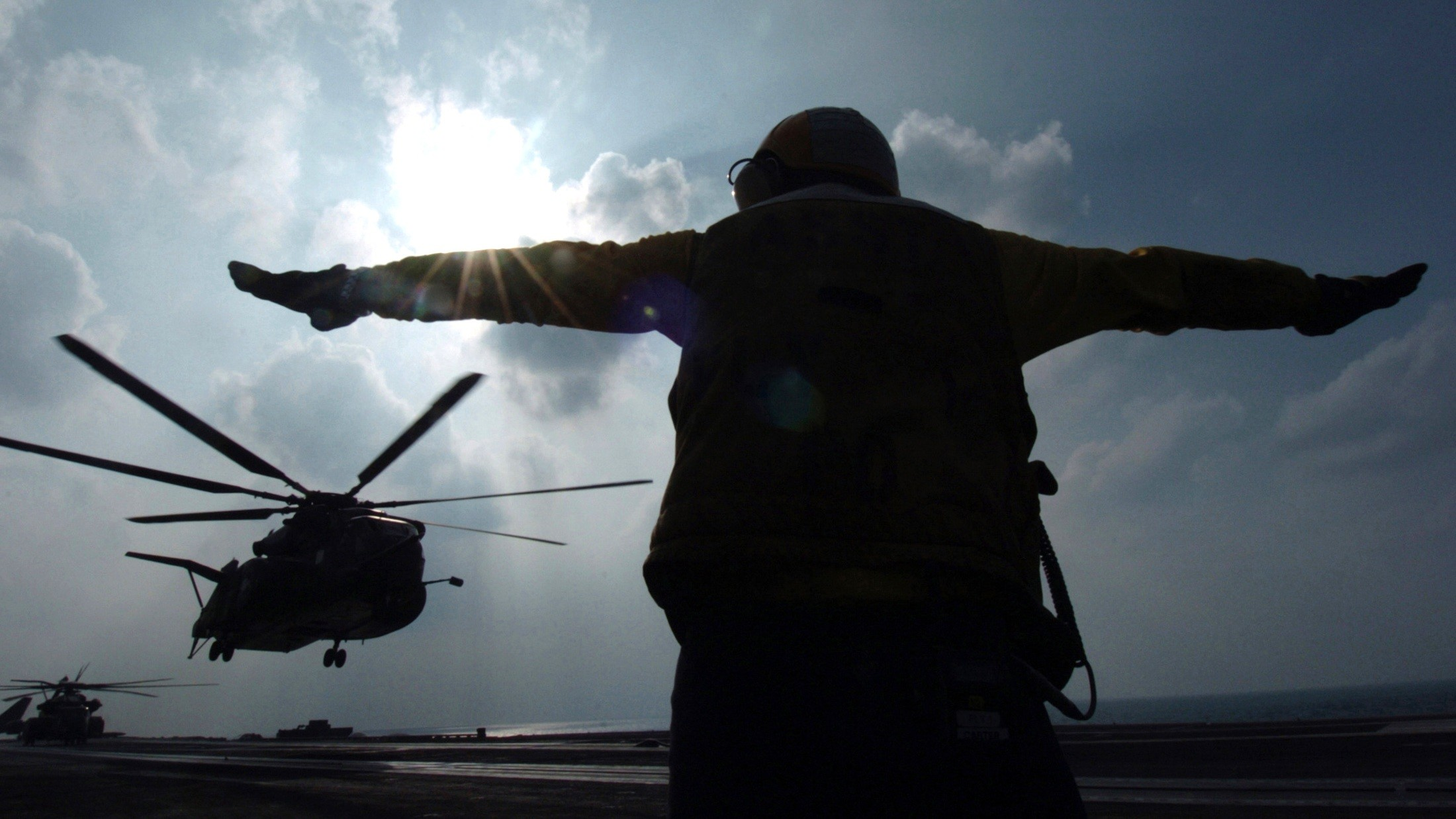 … navy wallpaper 4 US serviceman signals helicopter at the Gulf south of  Iraq …