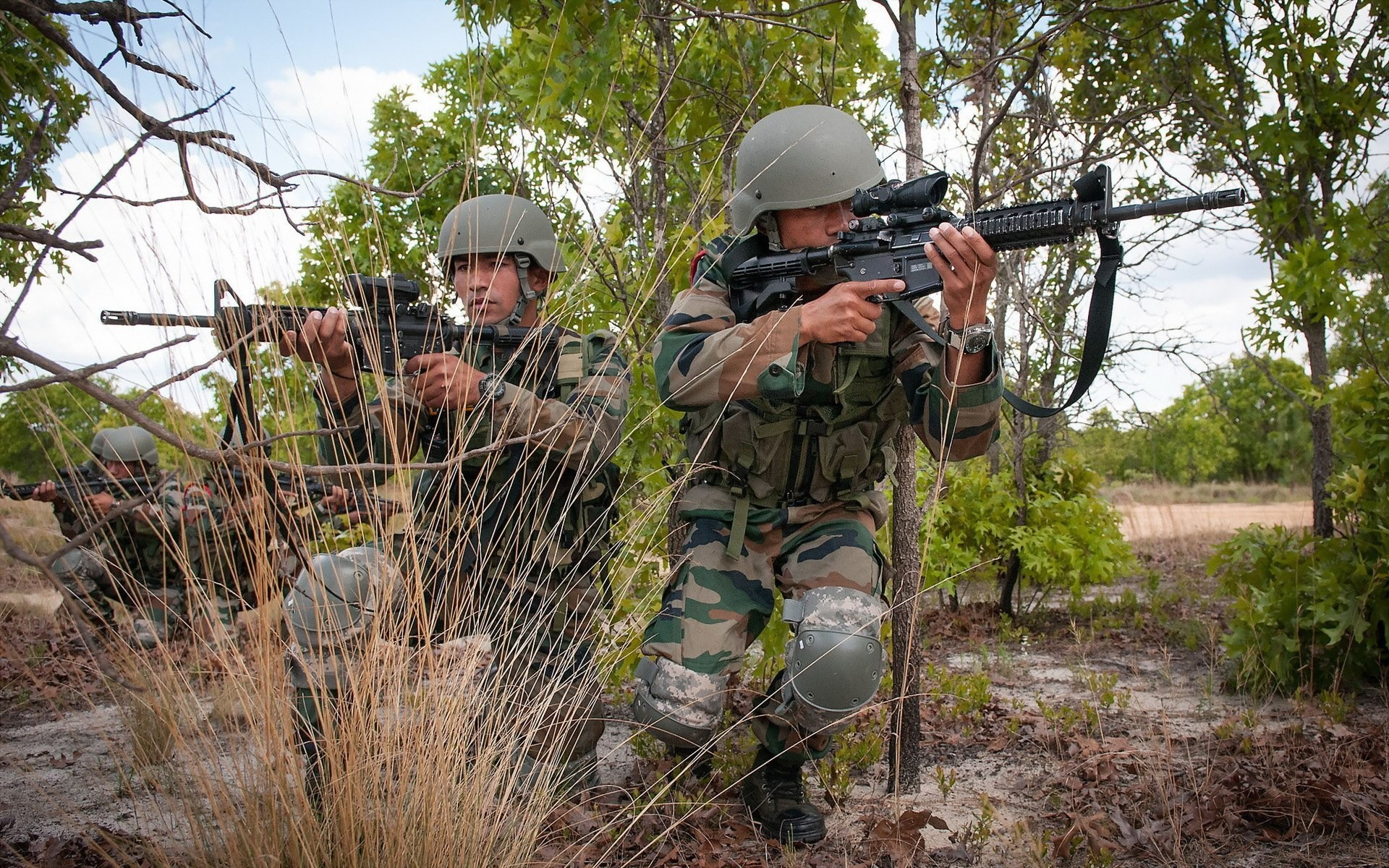 indian army men weapon