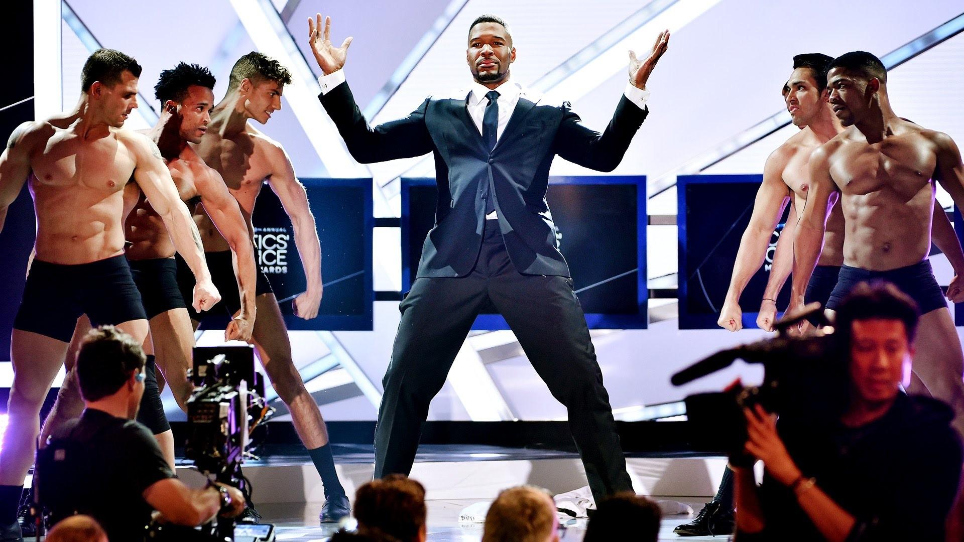Awkward Magic Mike 2 Striptease Opening at Critics' Choice Movie Awards –  YouTube
