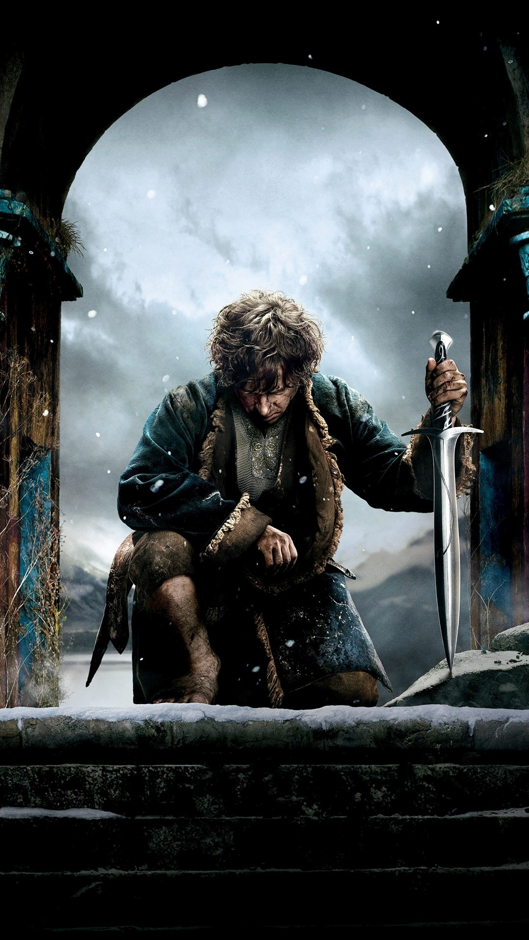 Bilbo with a sword in The Hobbit: The Desolation of Smaug Wallpaper