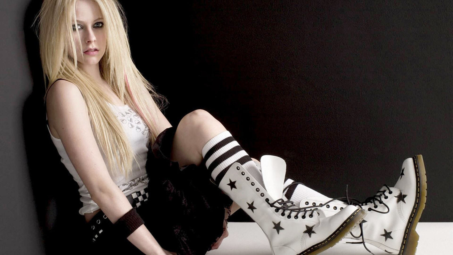 Avril Lavigne Punk Rock outfit wallpaper