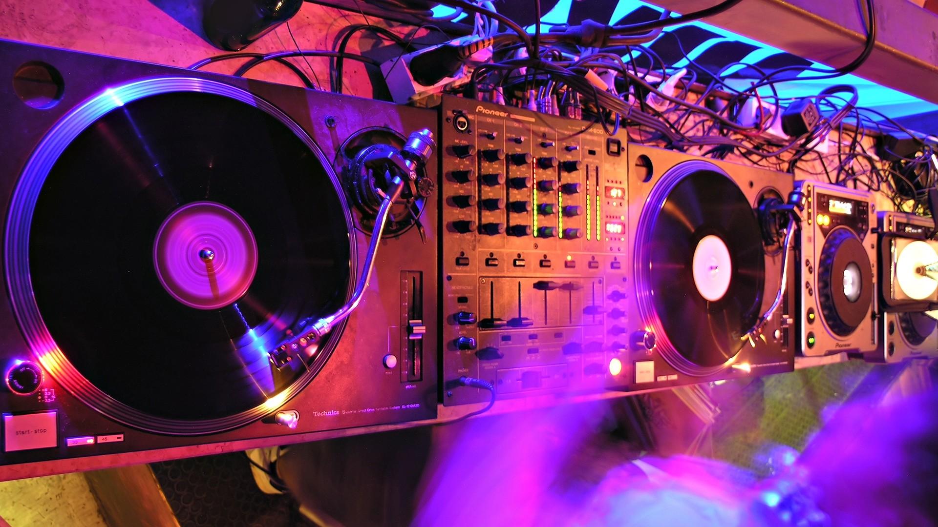 Wallpaper music, dancing, installation, dj
