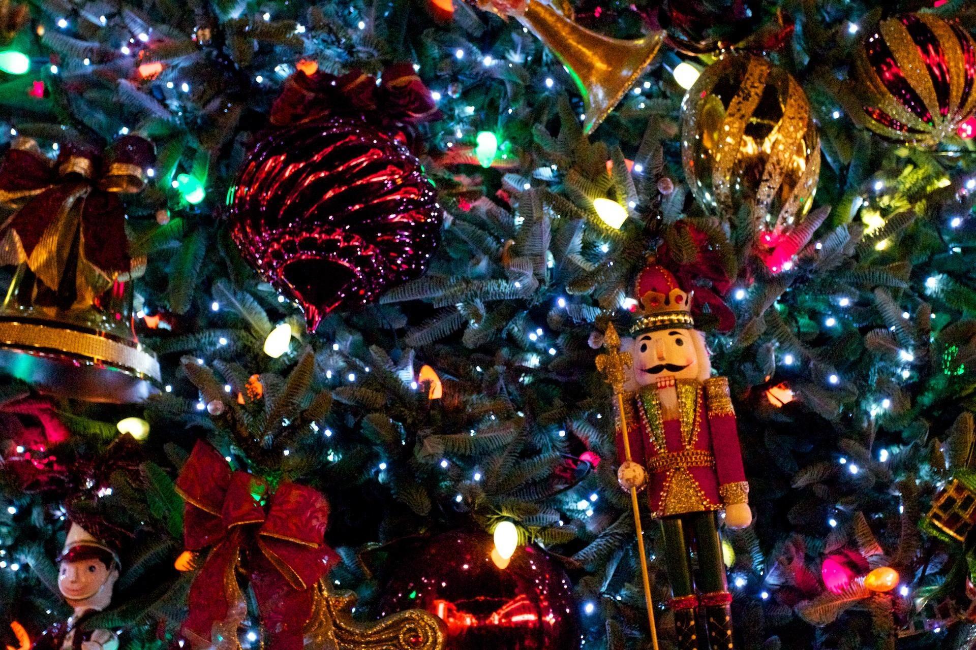 Christmas Tree with Nutcracker Desktop Wallpaper 1920x1280PX .