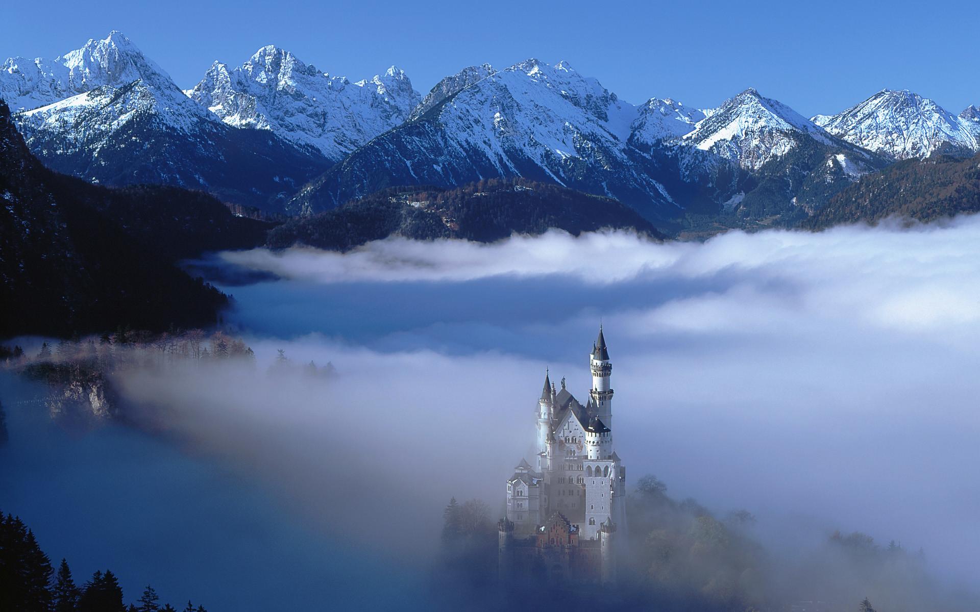 Schloß Neuschwanstein nahe Füssen im Nebel, Deutschland (Neuschwanstein  Castle surrounded by fog near Füssen