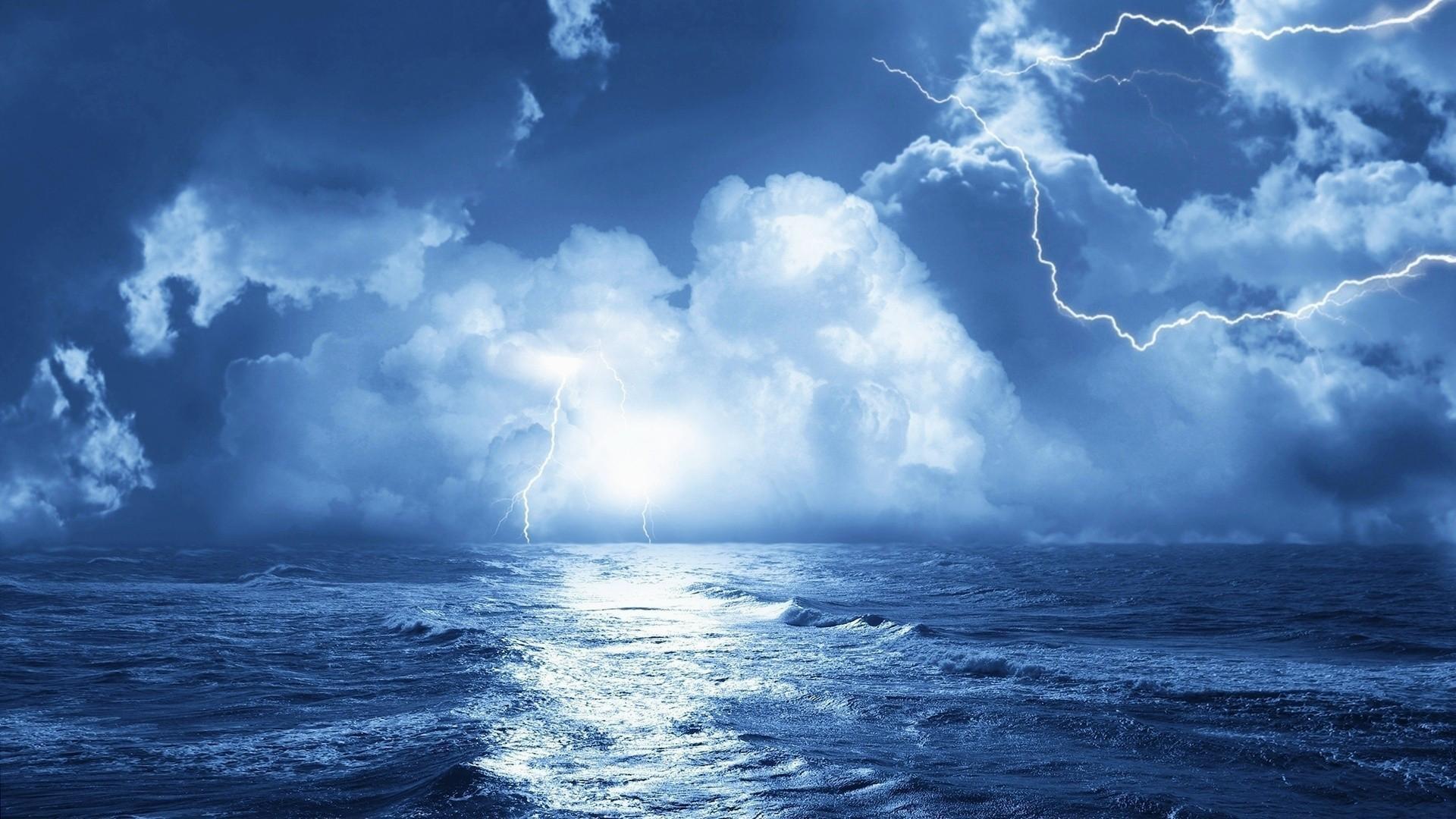 Fish-in-the-ocean-wallpapers-HD-sea-lightning