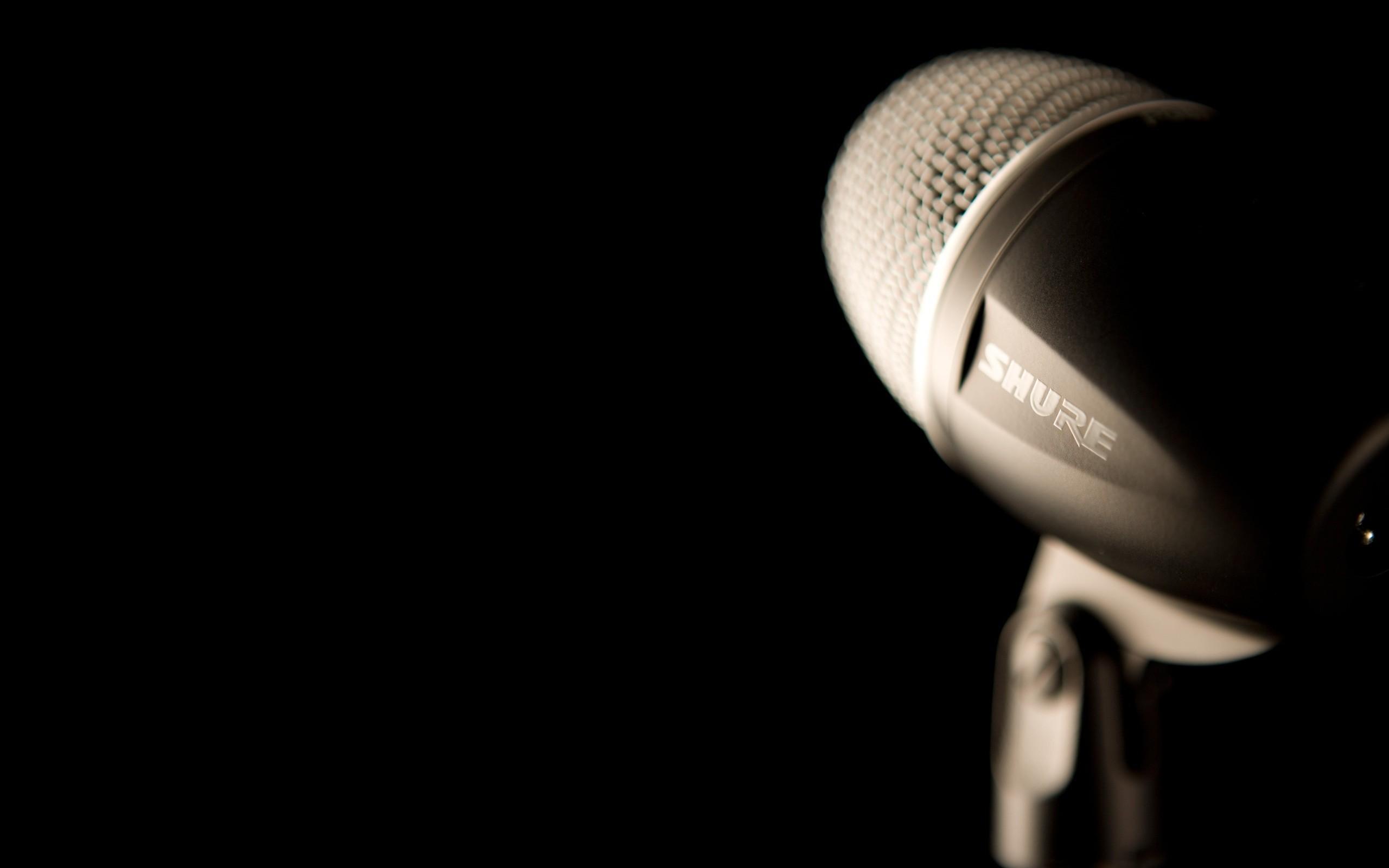 2560×1440 Black Shure Studio Microphone
