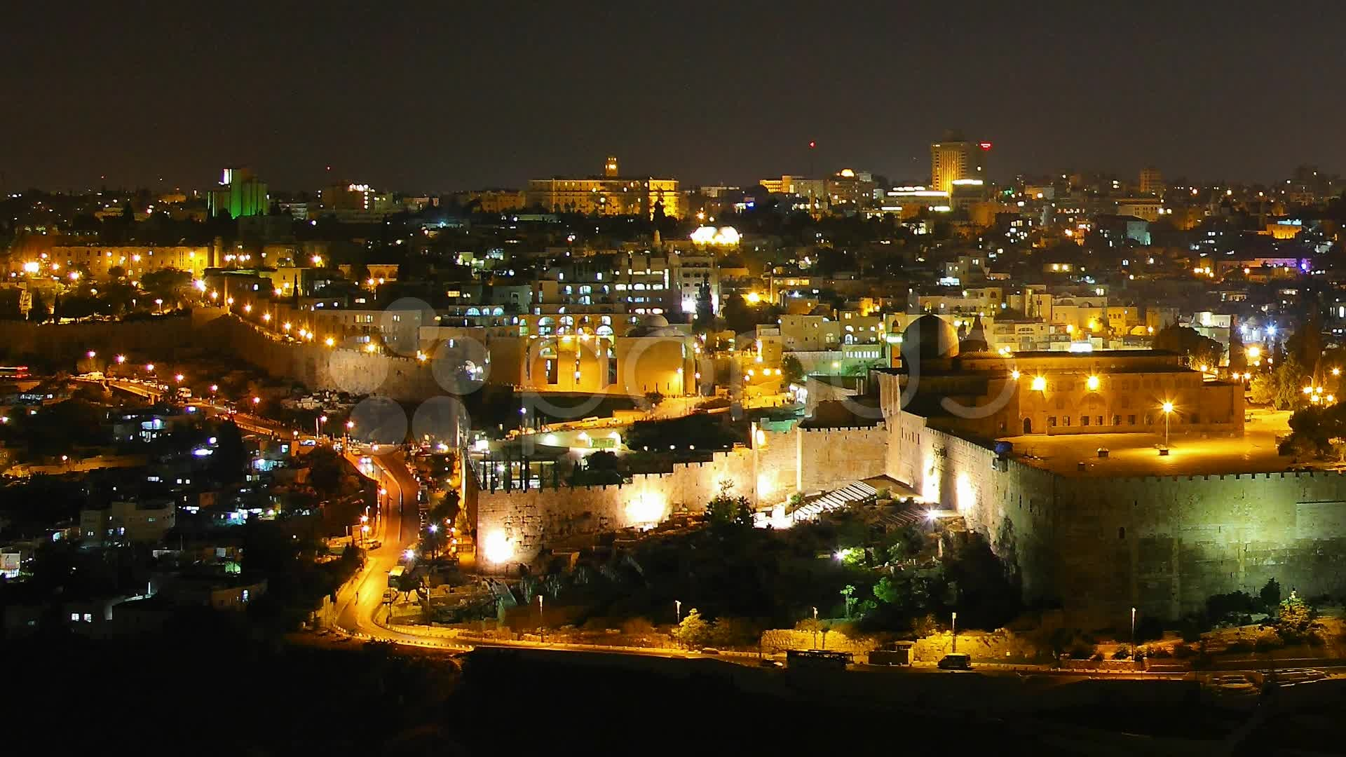 Video: Skyline of Jerusalem, the Jewish Quarter at night time lapse .