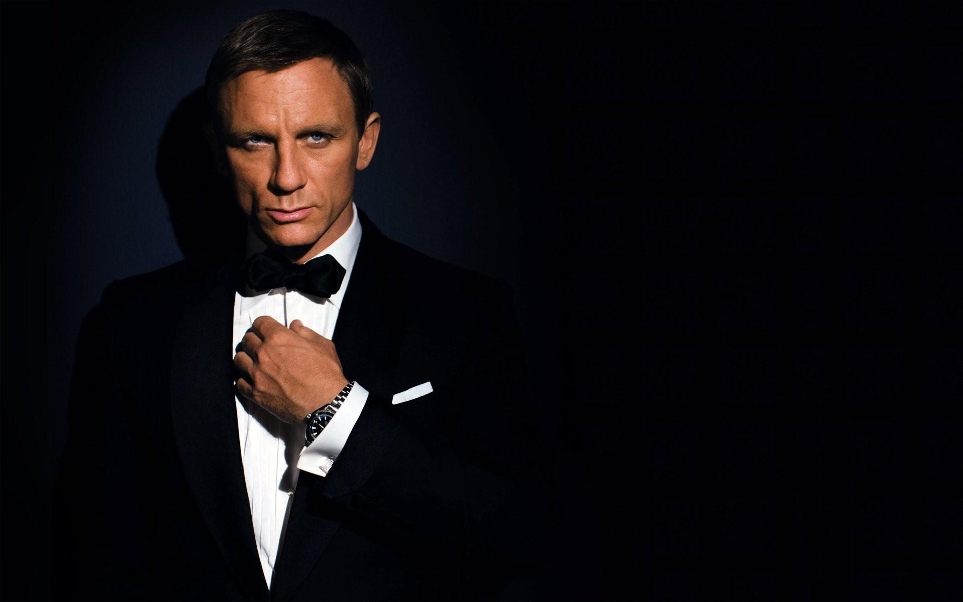 men actor james bond daniel craig suit dark background watches
