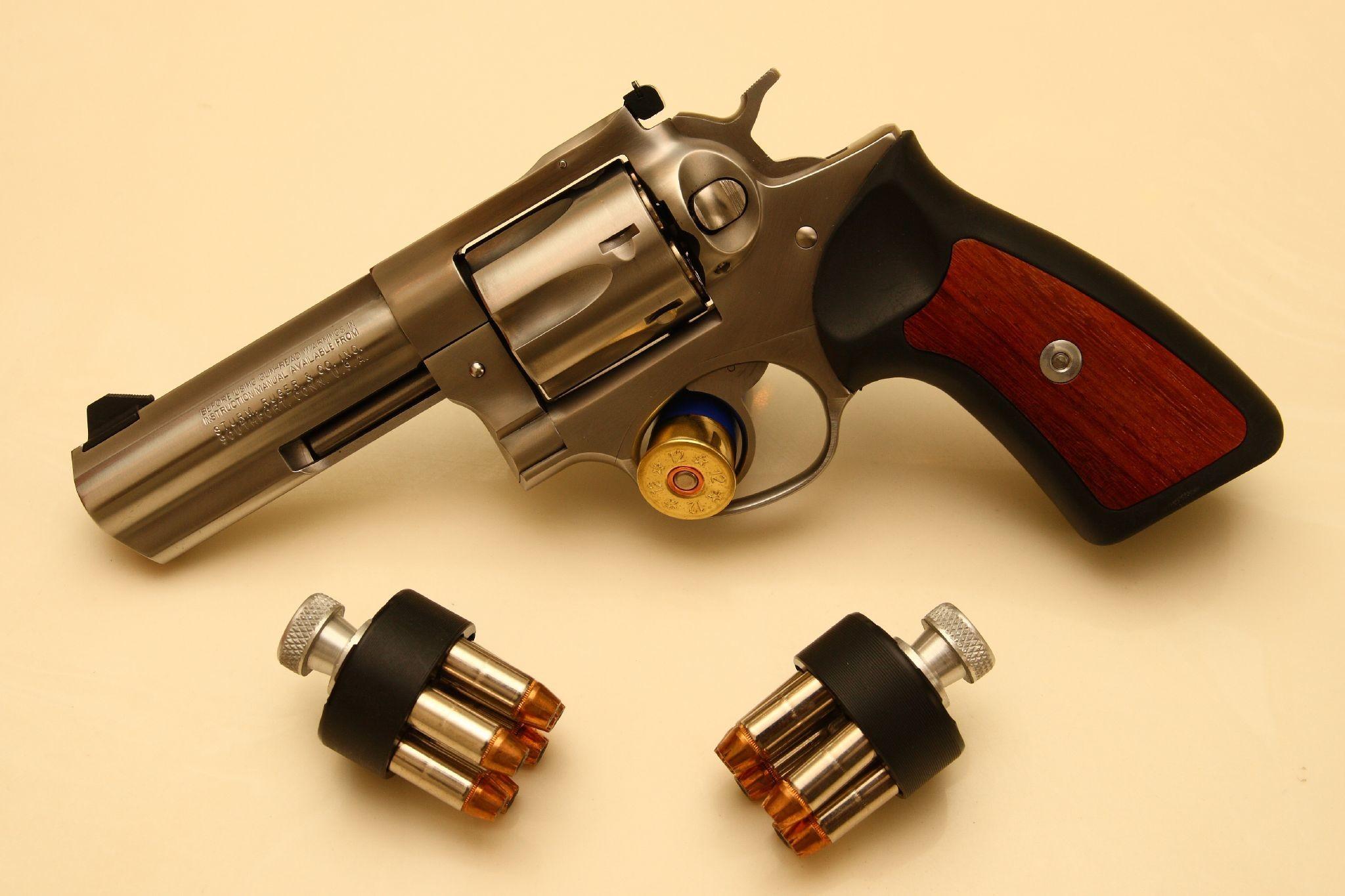 guns revolvers weapons / Wallpaper