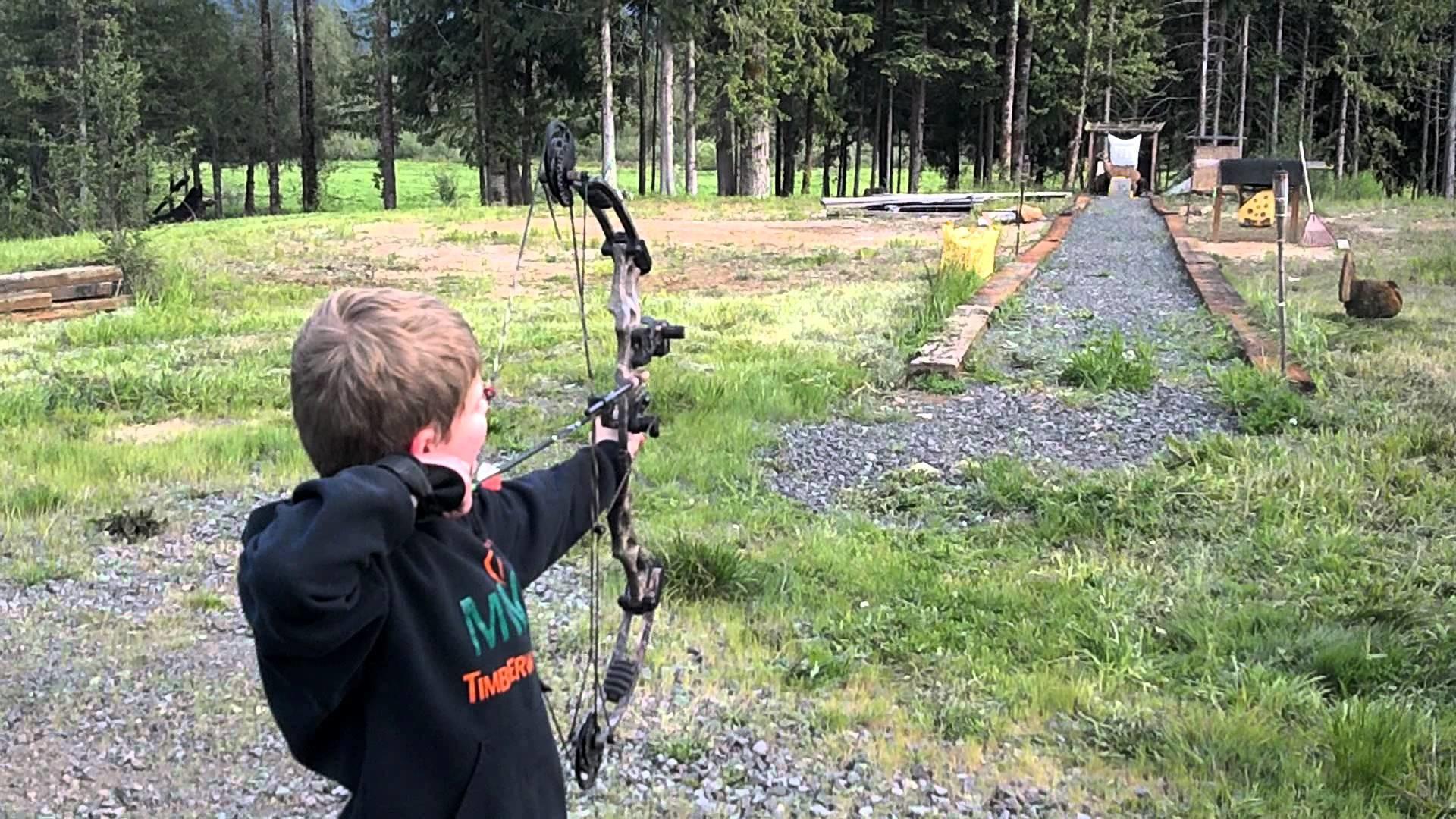 Hunter shooting his hoyt ruckus at 50yds