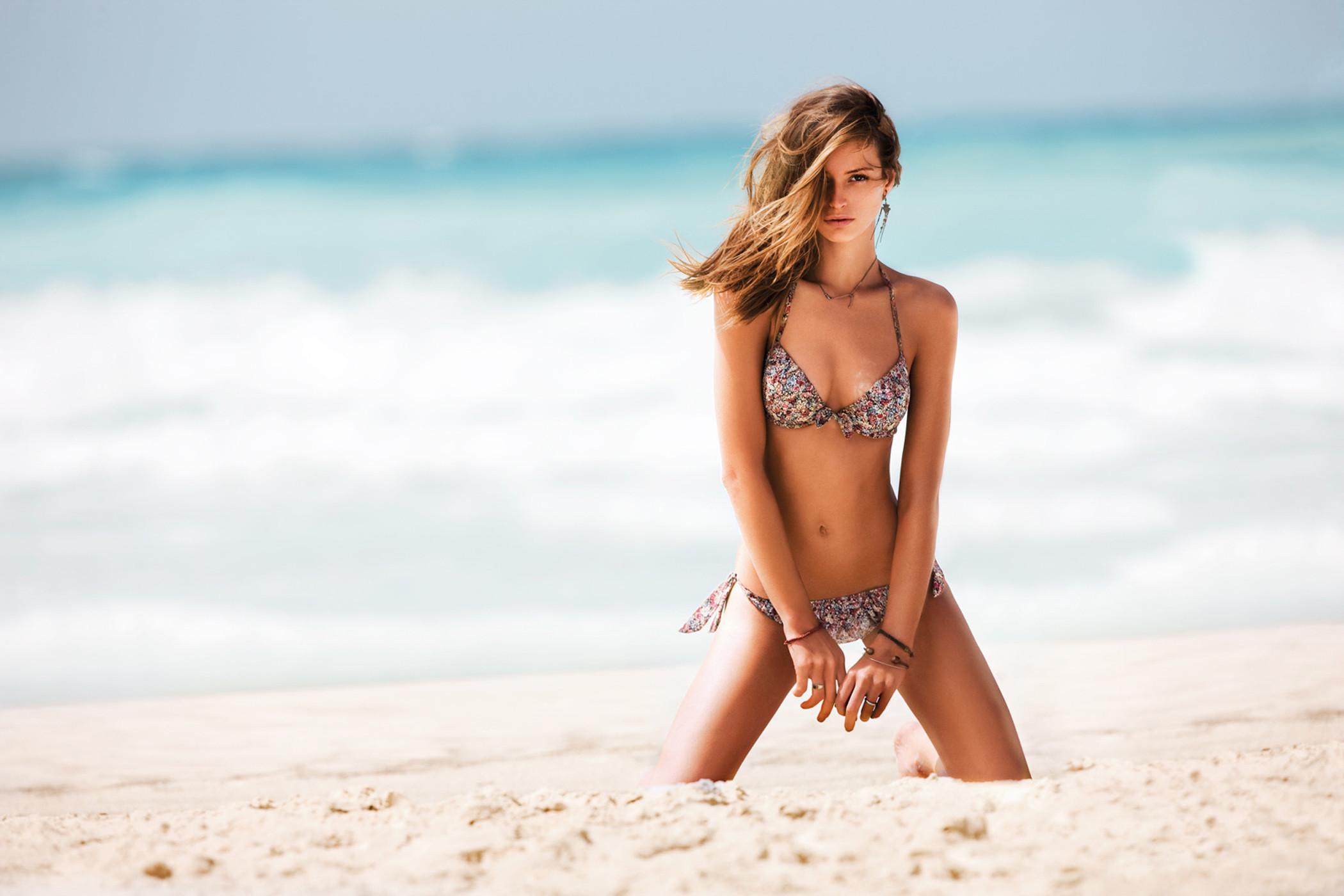 Girls-on-Beach-Wallpapers-5.jpg (2100×1400)
