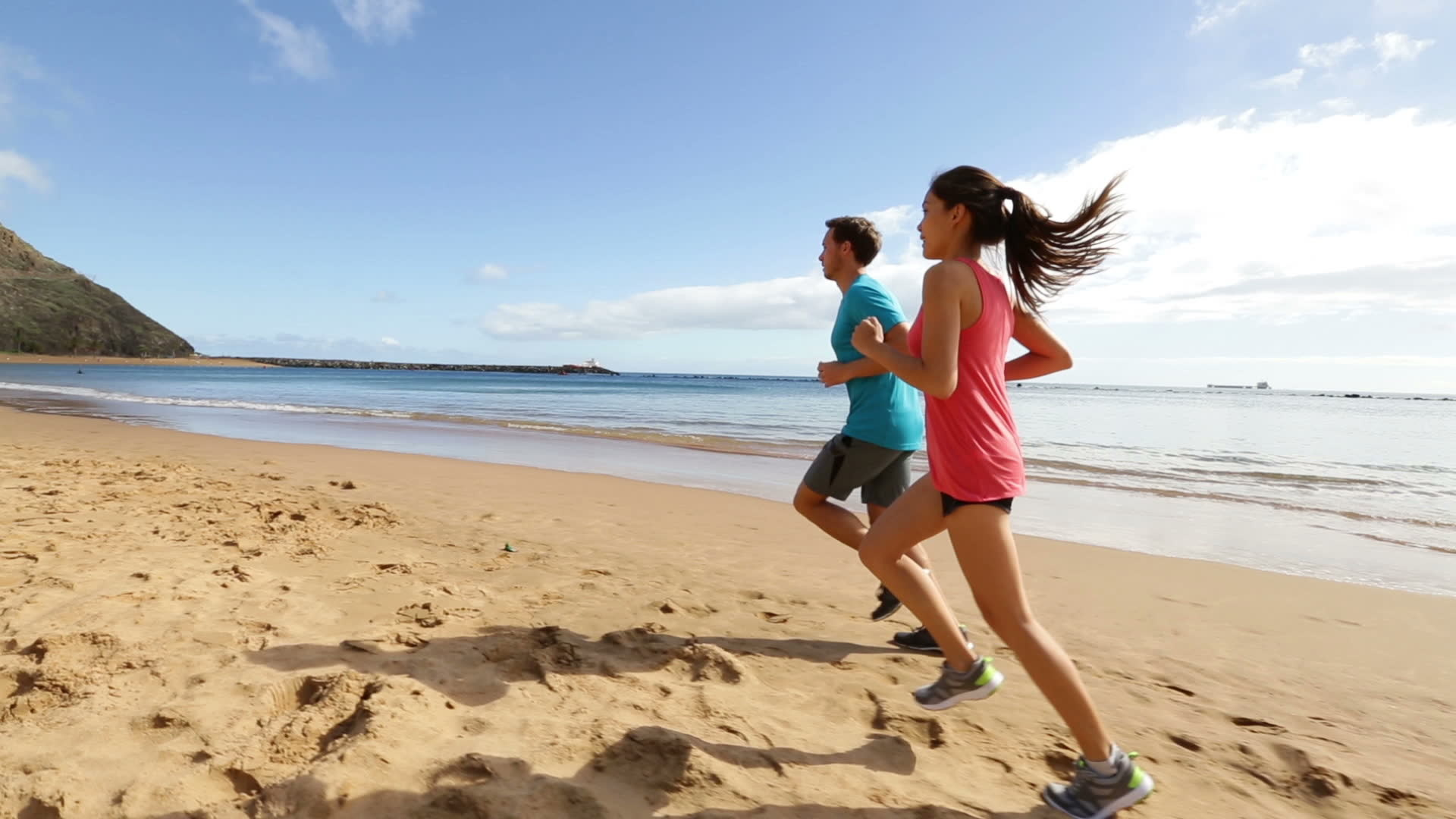 people-running-on-beach-jogging-widescreen-high-definition-wallpaper -for-desktop-background-download-jogging-images-free