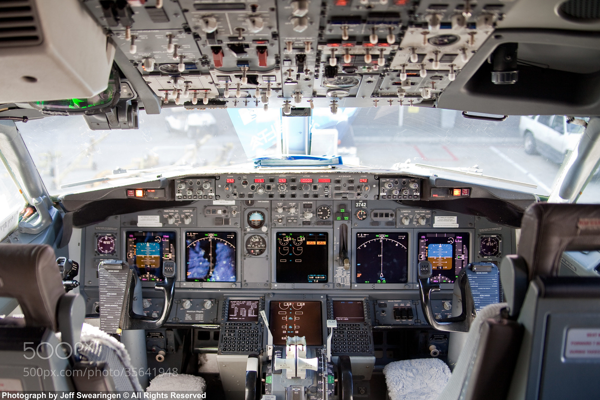 The Cockpit Of A British Airways Boeing 737 400 Stock Photo