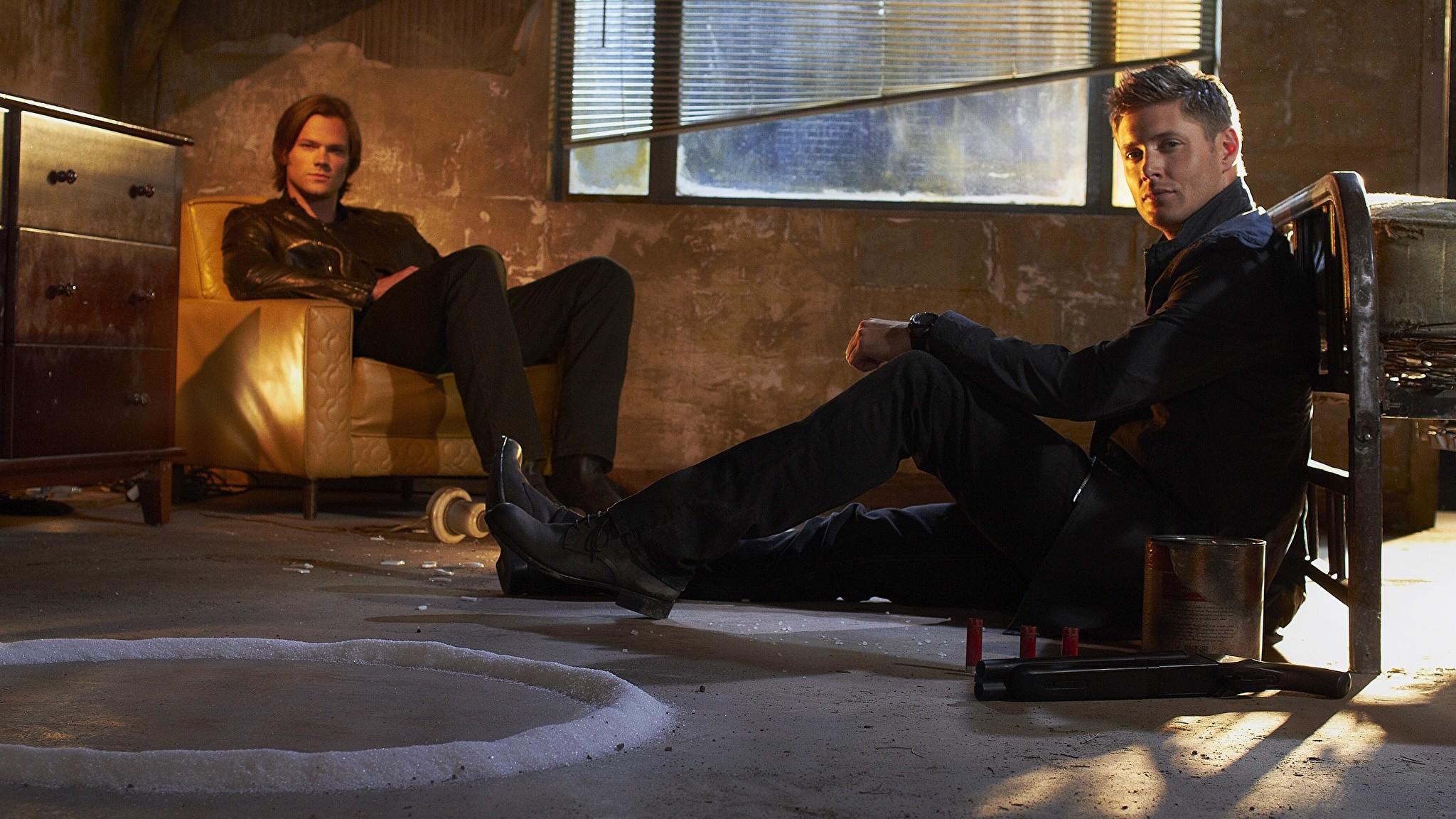 Images Supernatural Jensen Ackles Jared Padalecki Men Movies Sitting  Celebrities Man