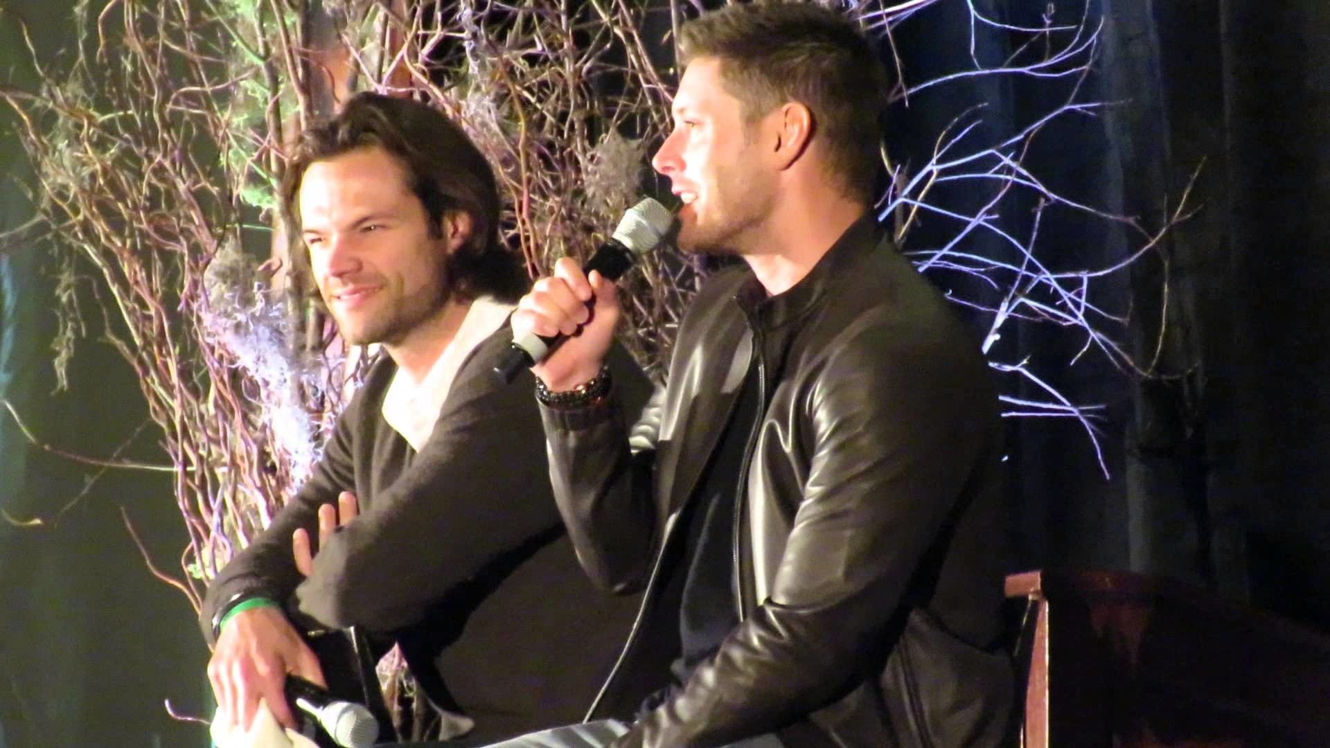 Jared Padalecki and Jensen Ackles odd photo ops – Supernatural ChiCon 2015  – YouTube