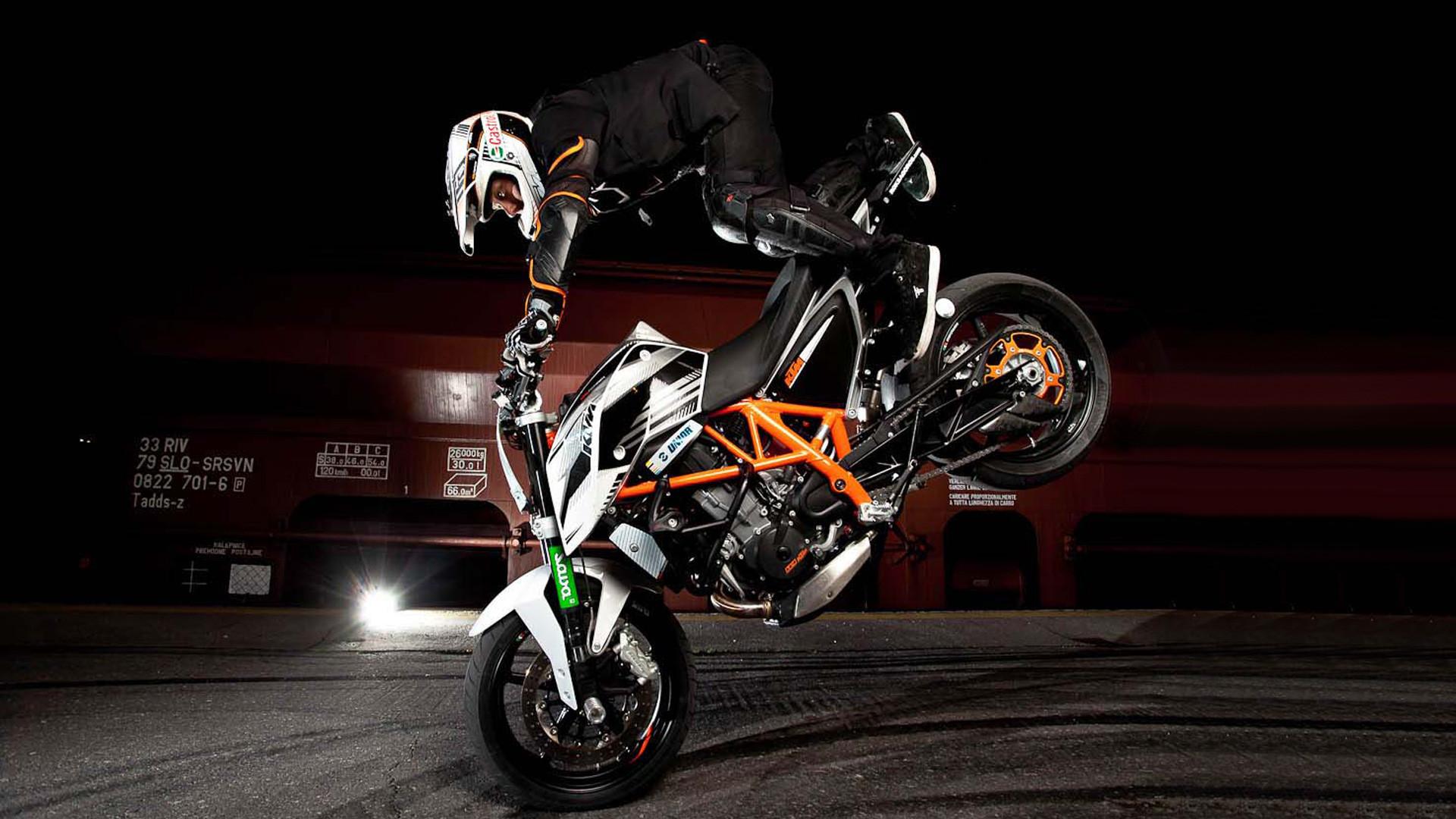 · 2589 Bike Stunt Wallpaper