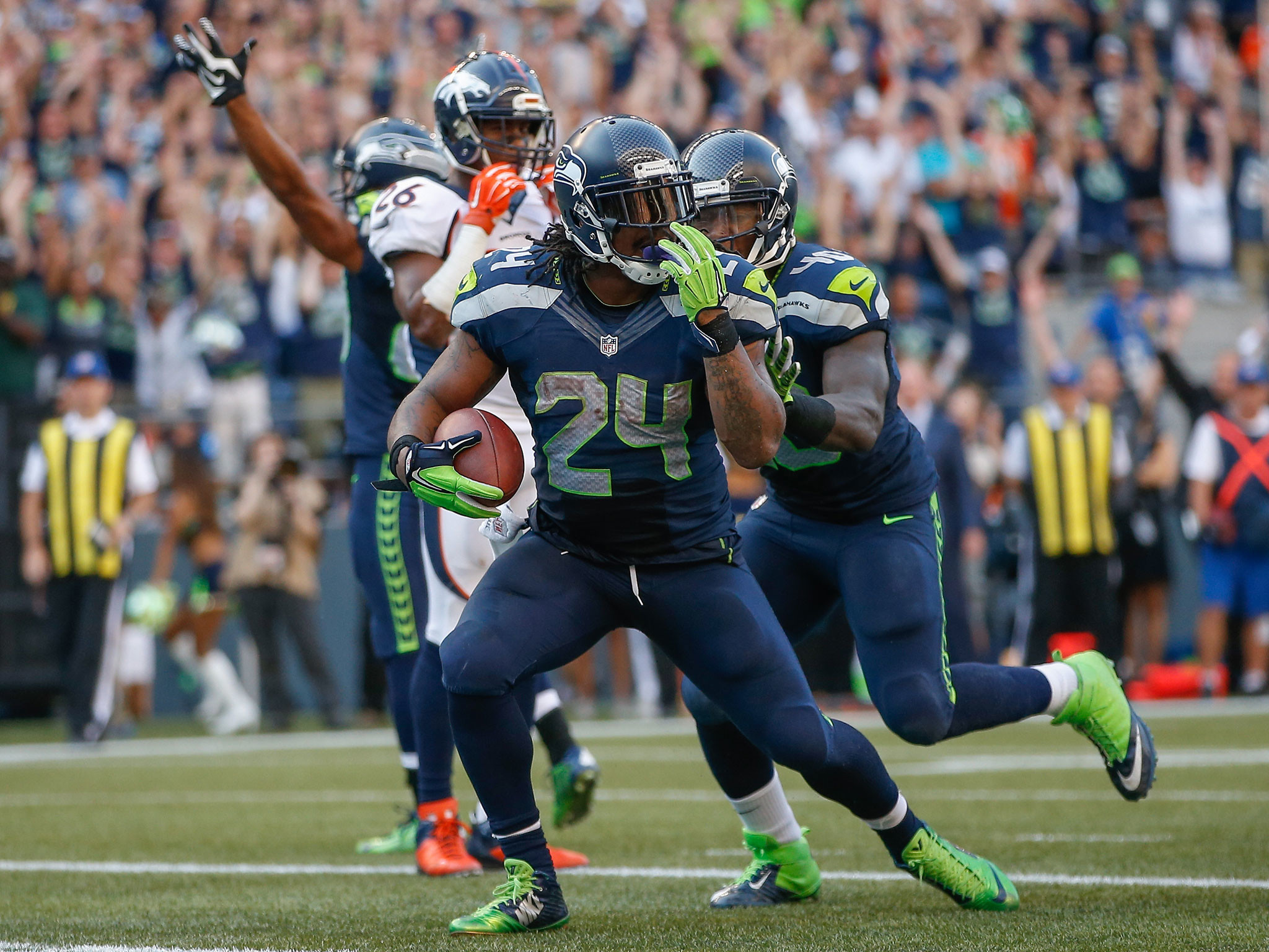 Marshawn Lynch has a dreadlock ripped out but carries on as if nothing  happened | The Independent