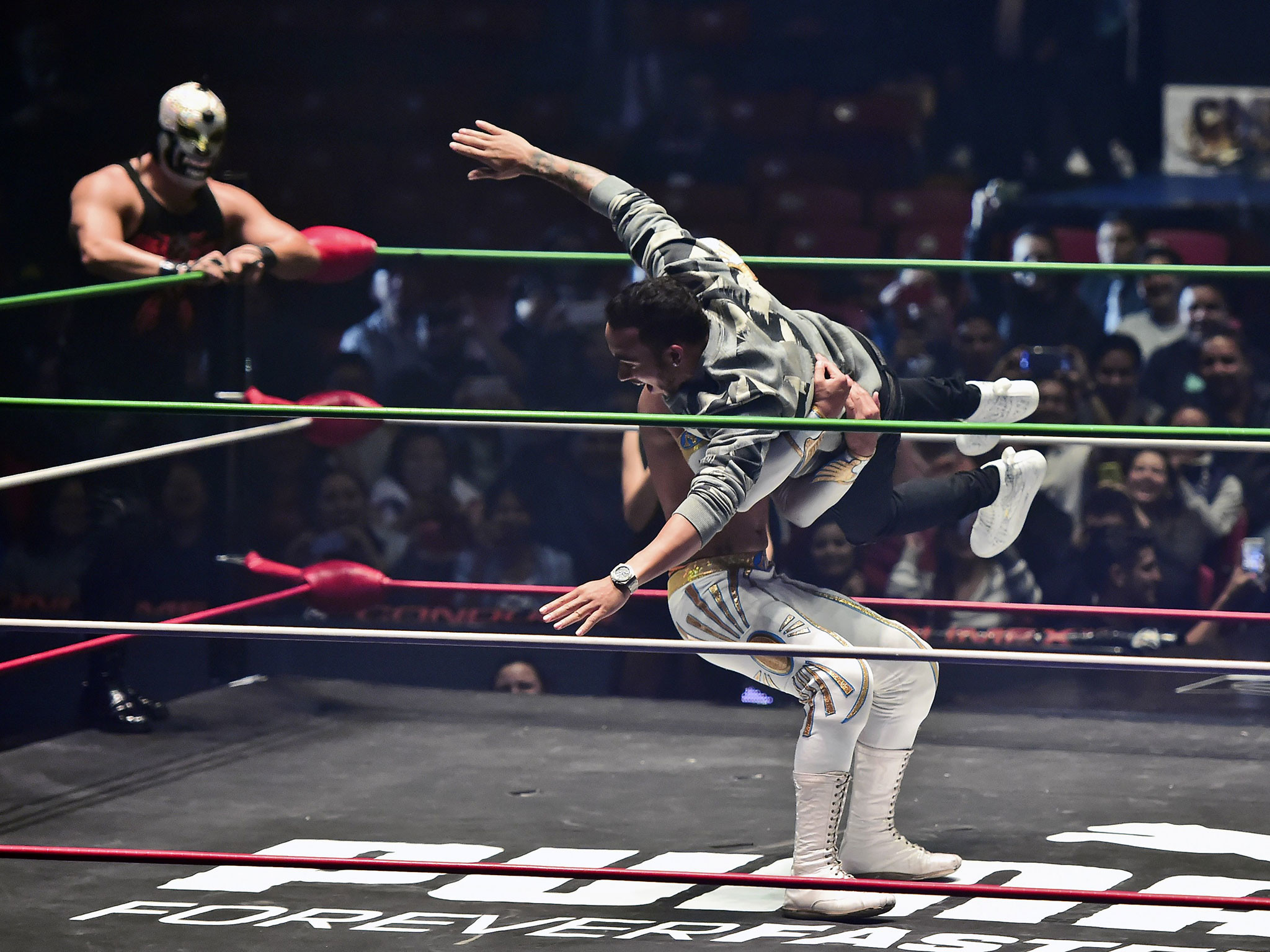 Lewis Hamilton storms wrestling ring and cross-body splashes opponent in  front of thousands in Mexico | The Independent