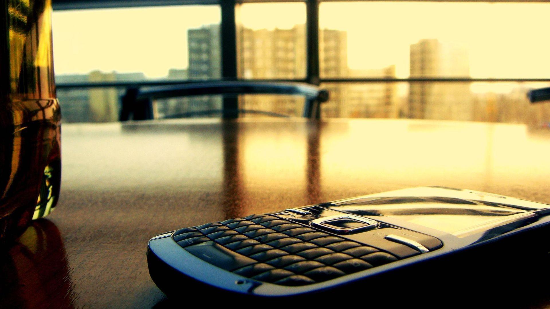 Download desktop wallpaper Photo smartphone on the desk in the office.